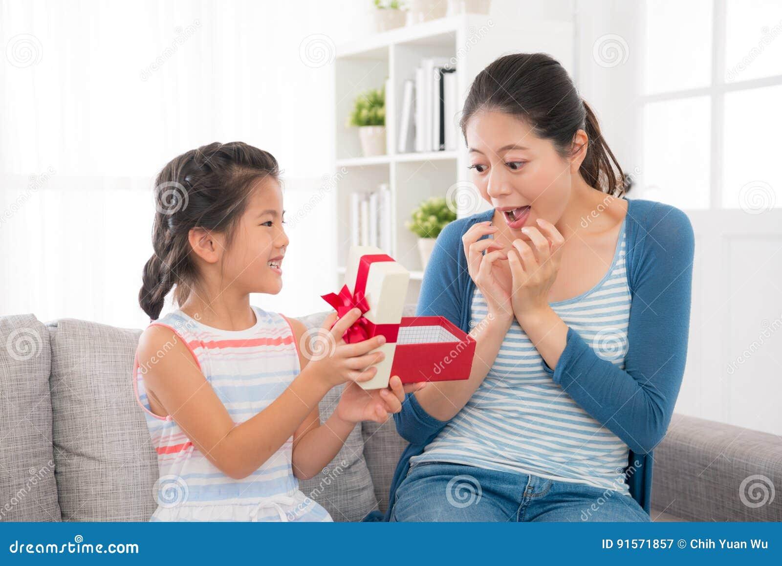 Niespodzianka macierzysta patrzejący córka prezent