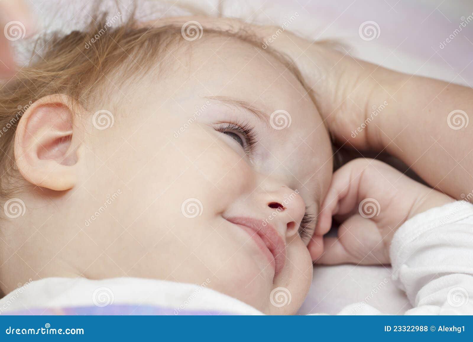 Nieszczęśliwy dziecka łóżko