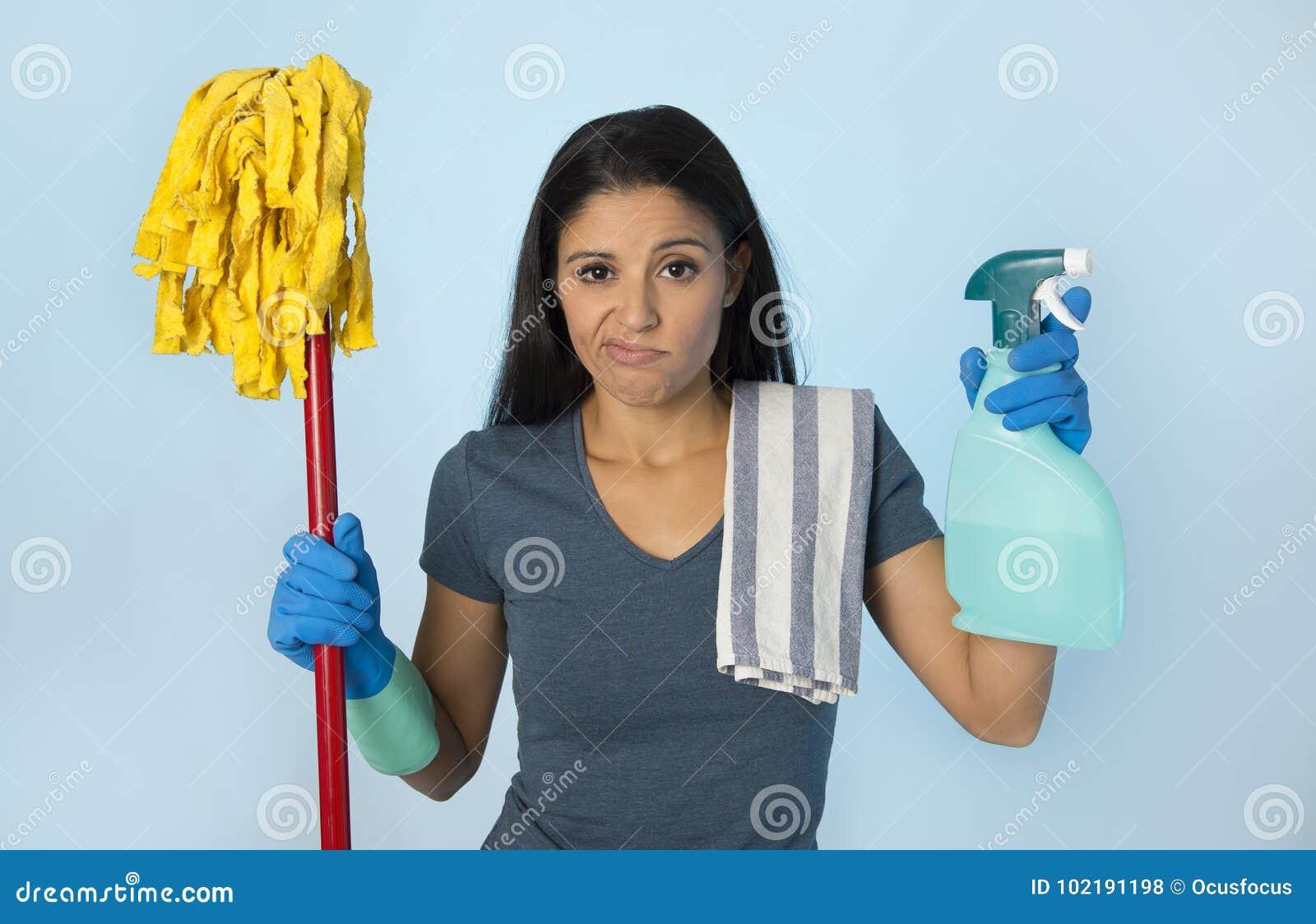 Nieszczęśliwy i sfrustowany housekeeping kobiety mienia kwacz s i obmycie