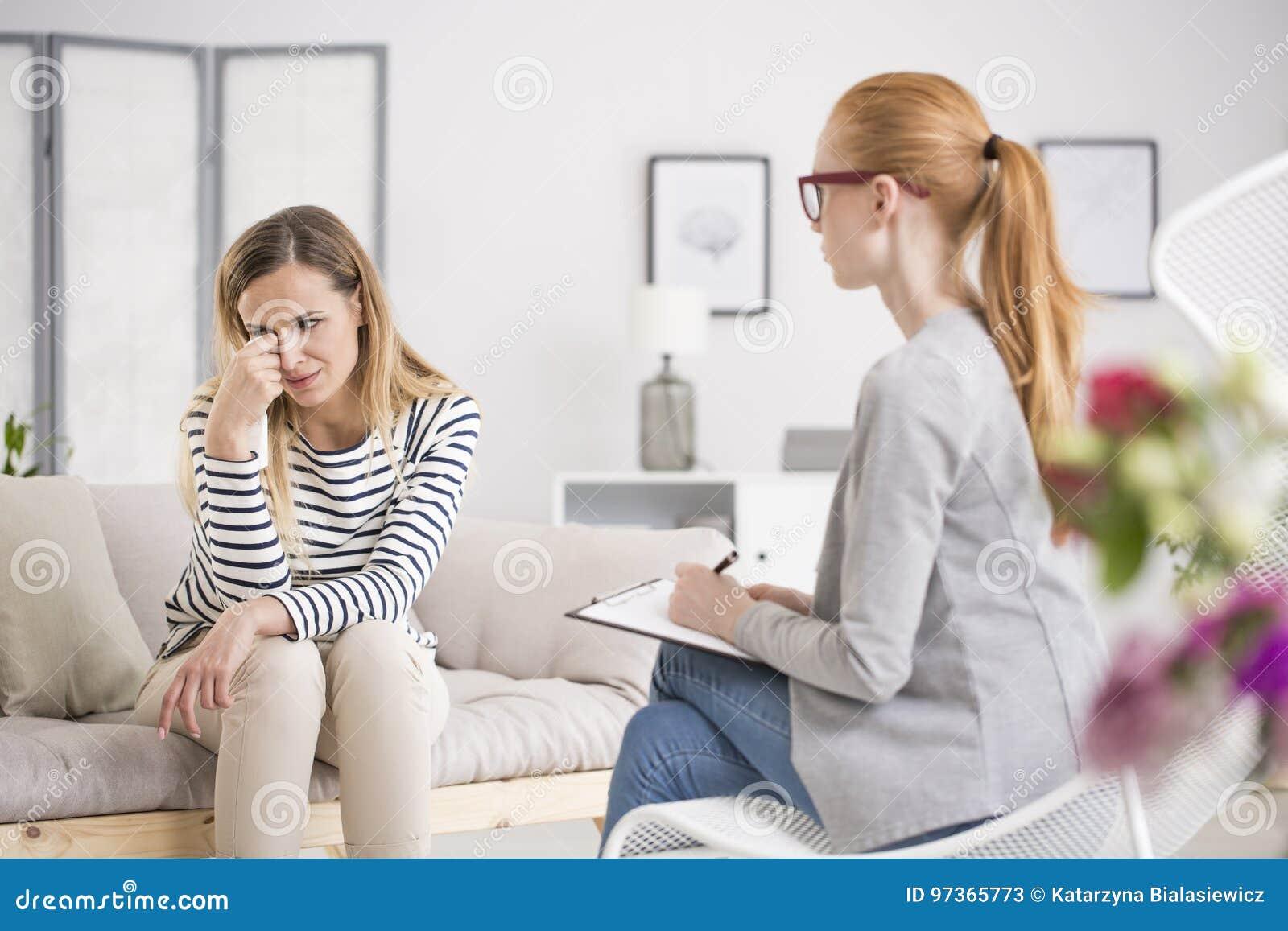 Nieszczęśliwy kobiety cierpienie od depresji