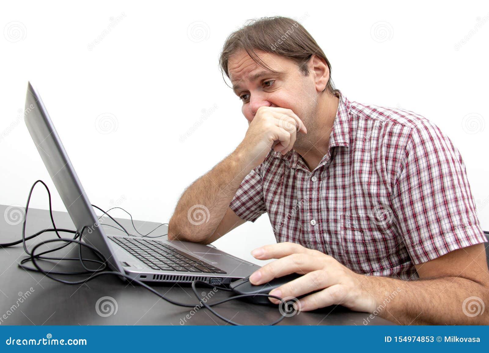 Nieszczęśliwy użytkownik patrzeje pokazu notatnik
