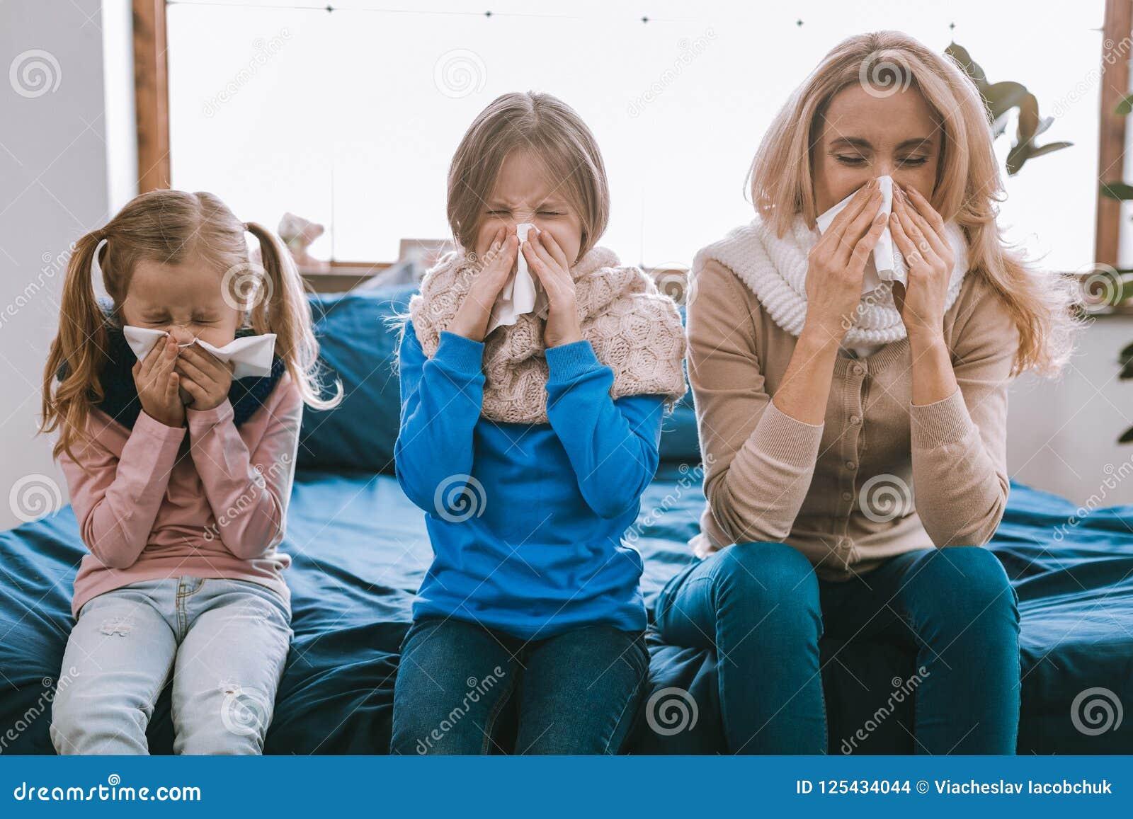 Nieszczęśliwy zwarzony rodzinny kichnięcie