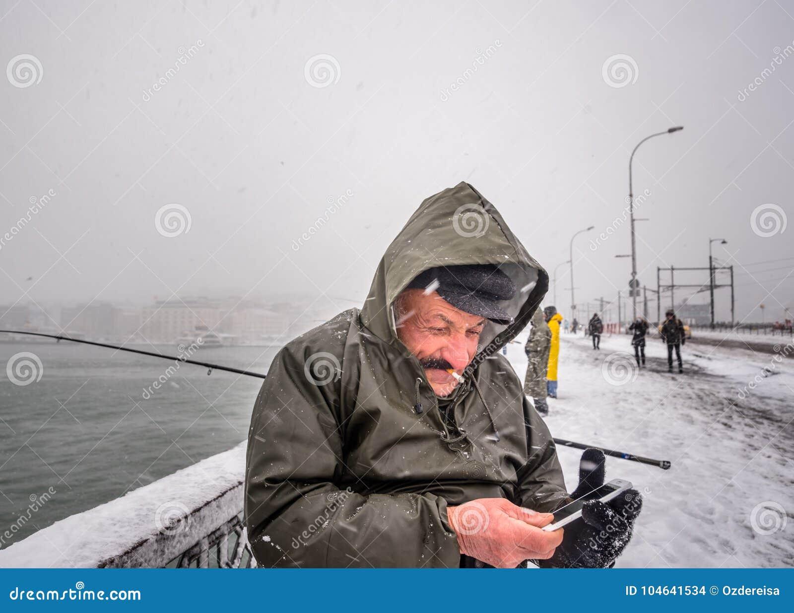 Download Niet Geïdentificeerde Mens Die Op De Galatabrug Vissen Op Een Sneeuwdag In De Winter Redactionele Stock Afbeelding - Afbeelding bestaande uit mensen, hoorn: 104641534