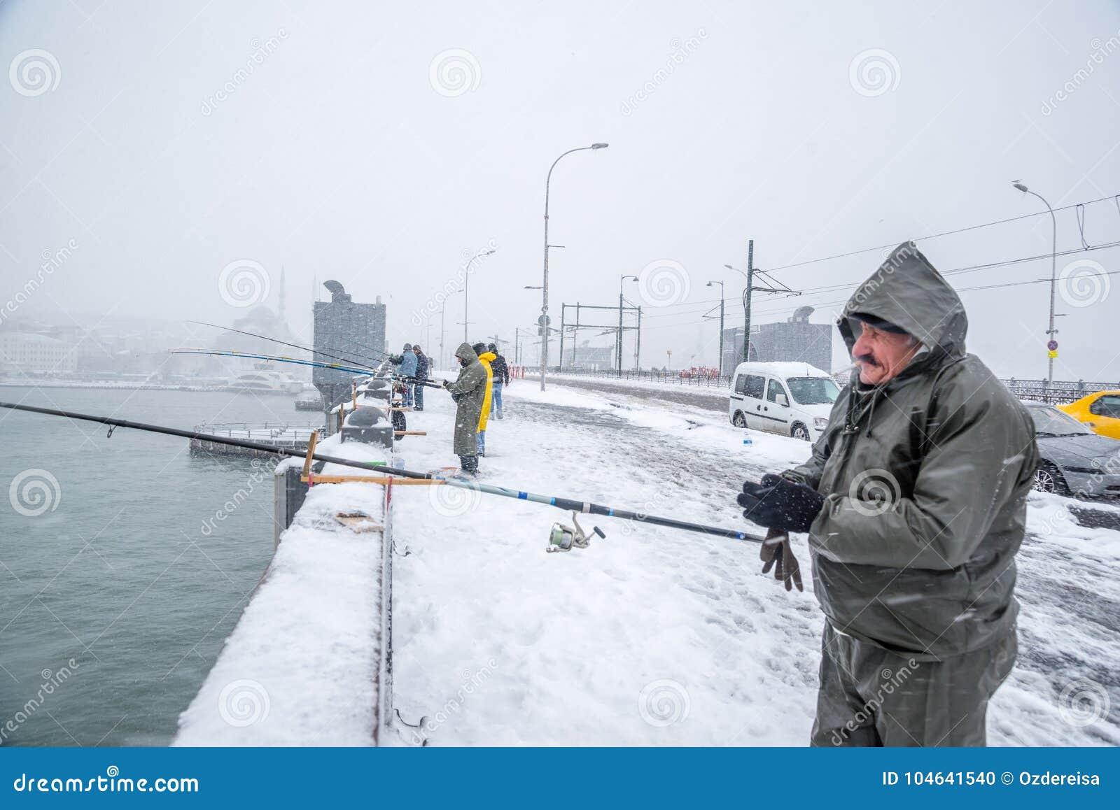 Download Niet Geïdentificeerde Mens Die Op De Galatabrug Vissen Op Een Sneeuwdag In De Winter Redactionele Afbeelding - Afbeelding bestaande uit visserij, seizoen: 104641540