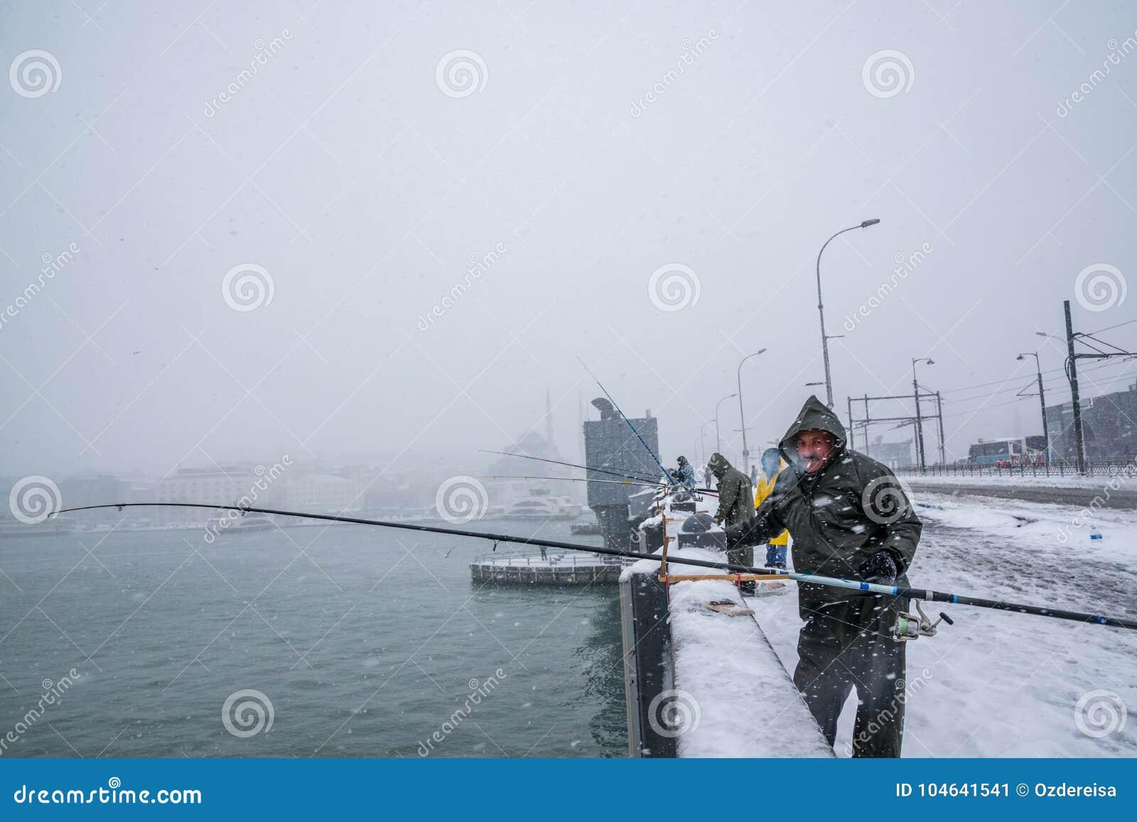 Download Niet Geïdentificeerde Mens Die Op De Galatabrug Vissen Op Een Sneeuwdag In De Winter Redactionele Foto - Afbeelding bestaande uit mensen, openbaar: 104641541