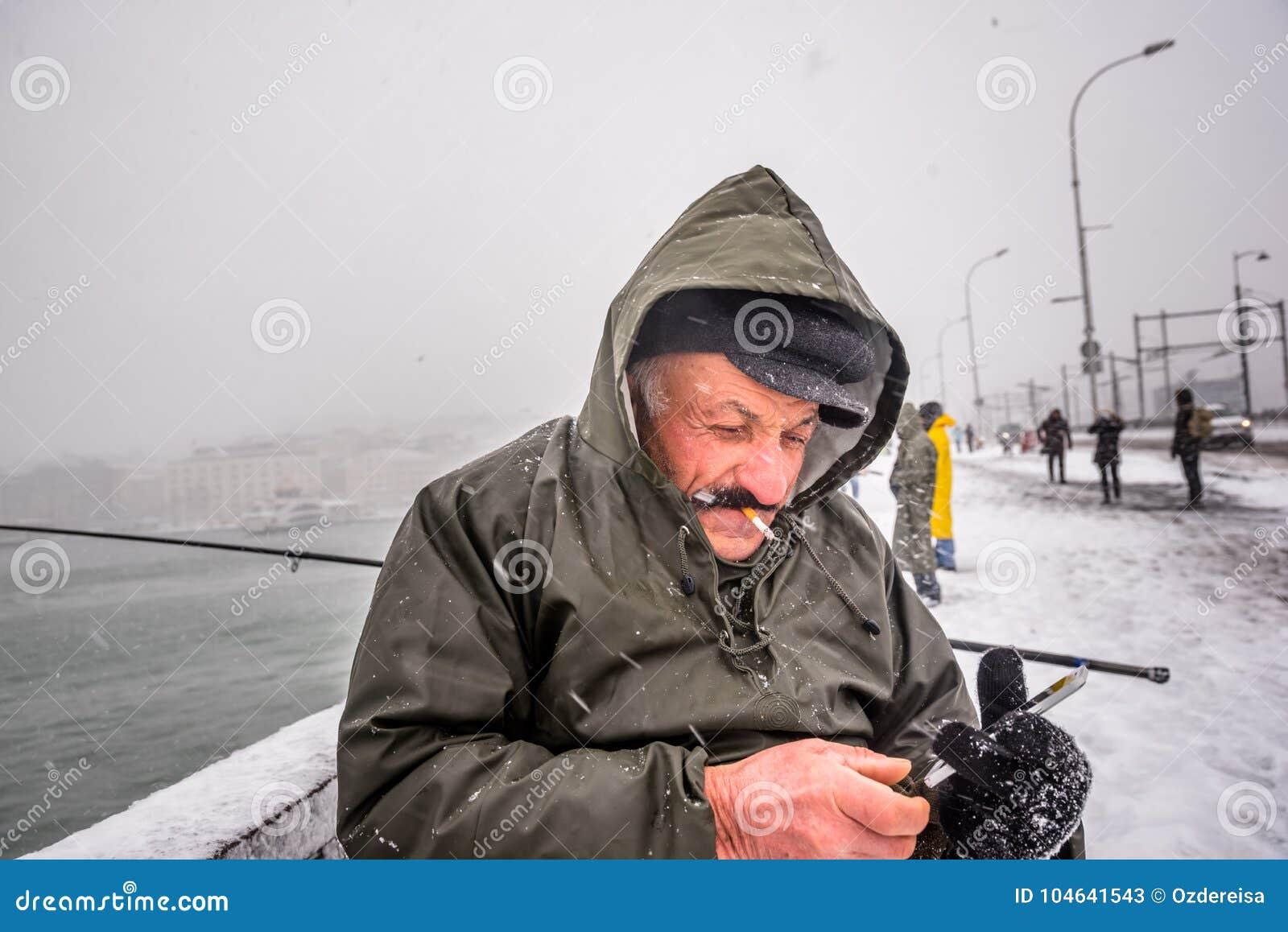 Download Niet Geïdentificeerde Mens Die Op De Galatabrug Vissen Op Een Sneeuwdag In De Winter Redactionele Stock Foto - Afbeelding bestaande uit helder, mobile: 104641543