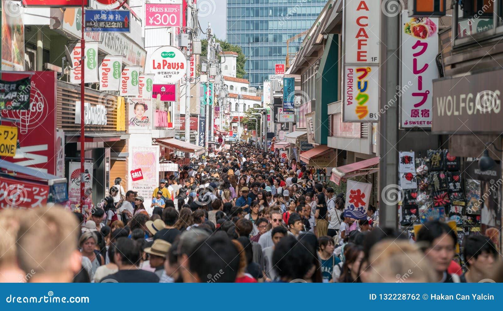 Niet geïdentificeerde mensen bij Takeshita-straat in Harajuku, beroemd van Japanse cosplay straatmanier, Tokyo, Japan