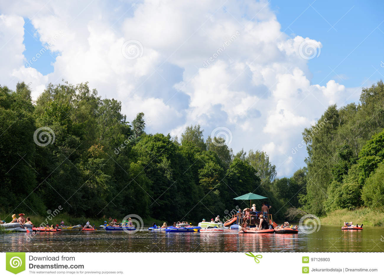 Niet geïdentificeerde mensen die in de rivier Vantaa bij het Kaljakellunta-Bier het Drijven festival in Helsinki, Finland opstell