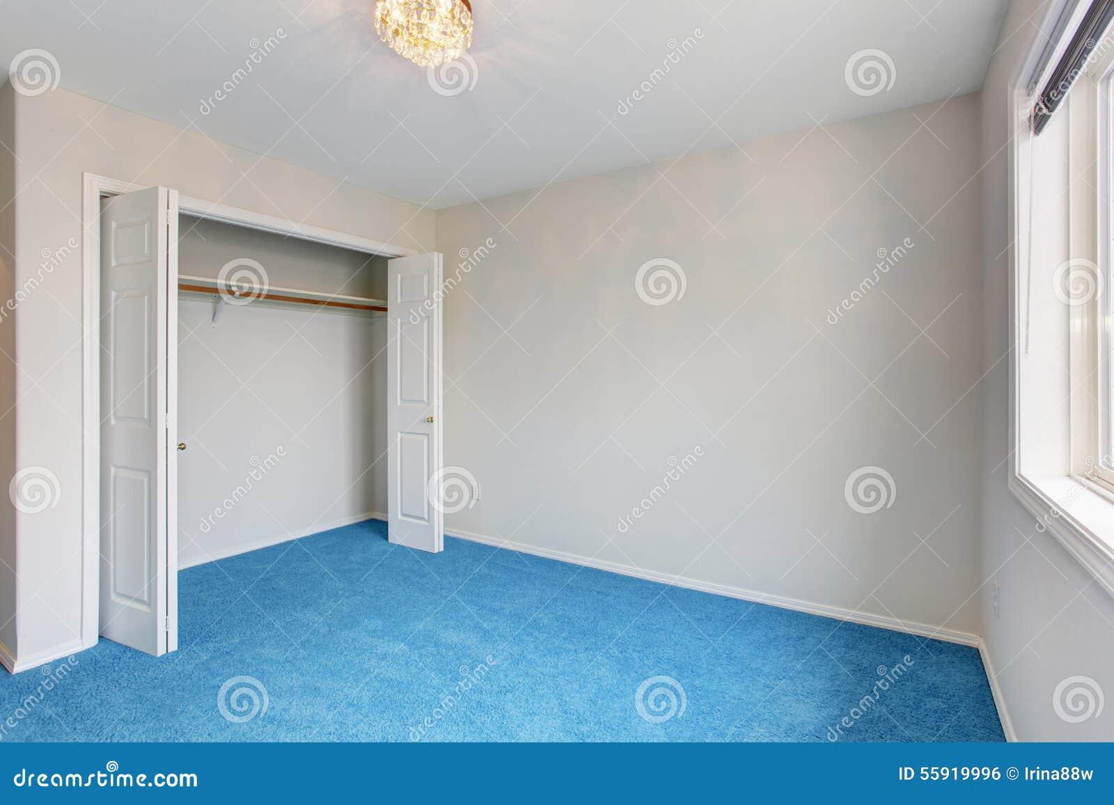 Slaapkamer Met Blauw Tapijt Stock Foto - Afbeelding: 57884627