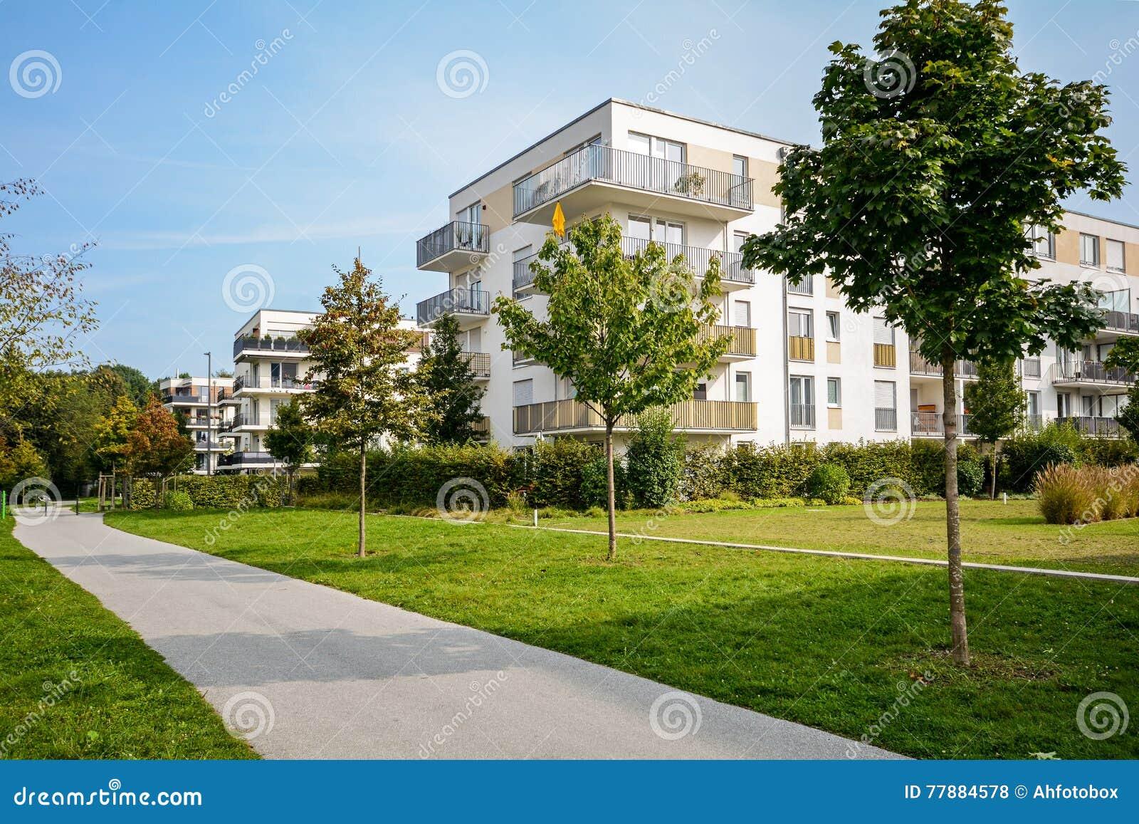 Nieuw flatgebouw - moderne woonontwikkeling in een groene stedelijke regeling