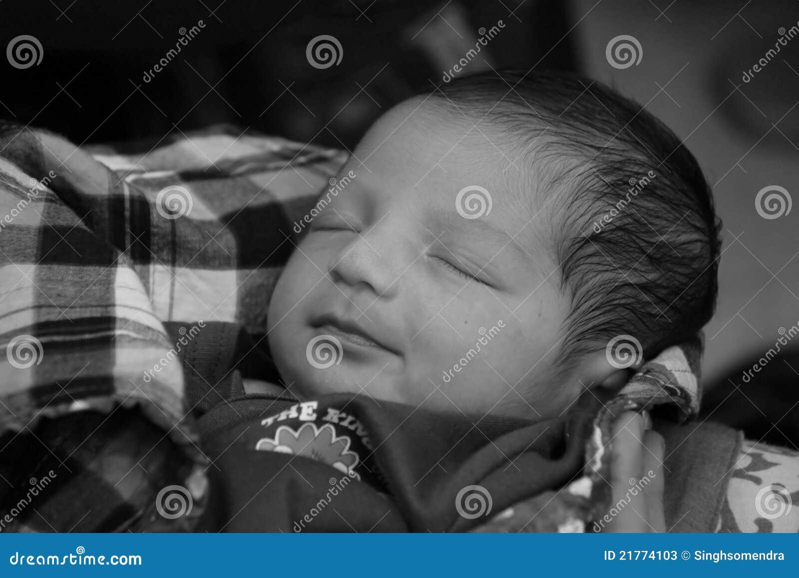 Nieuw - geboren Aziatisch babymeisje op de hand van haar moeder