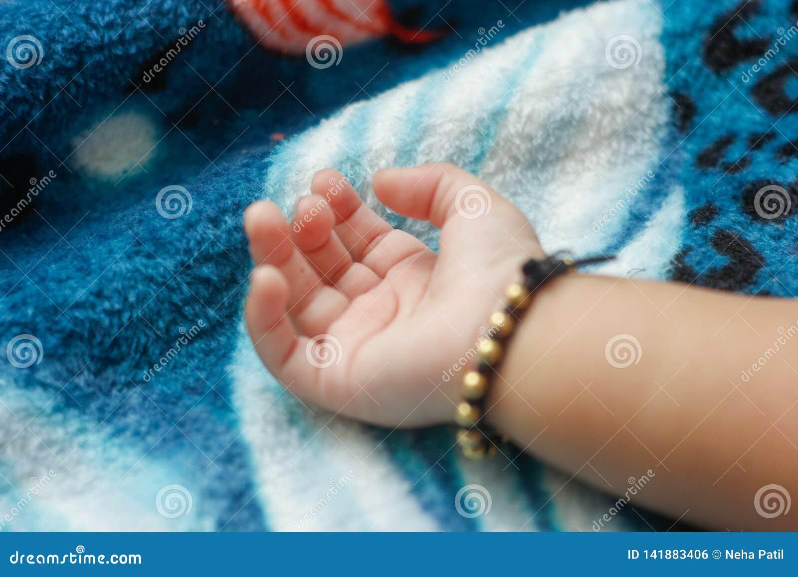 Nieuw - geboren babyhand