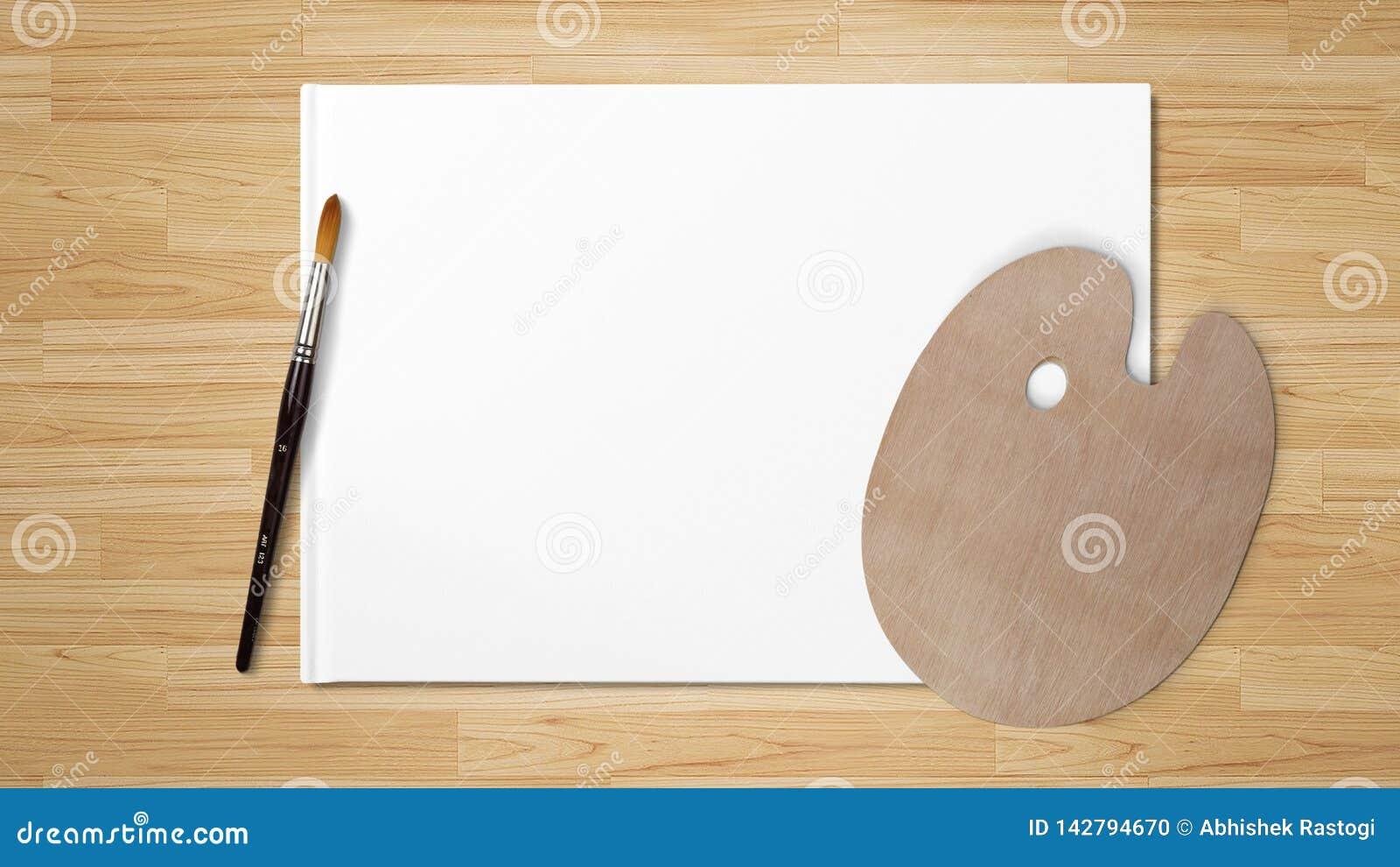 Nieuw houten die palet met kunstborstel, op witte achtergrond en houten achtergrond wordt geïsoleerd