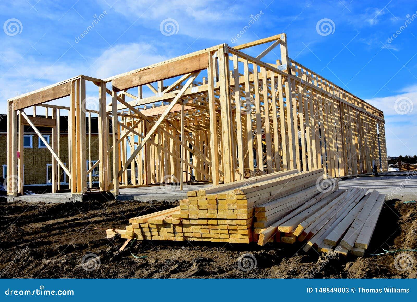 Nieuw houten kaderhuis in aanbouw