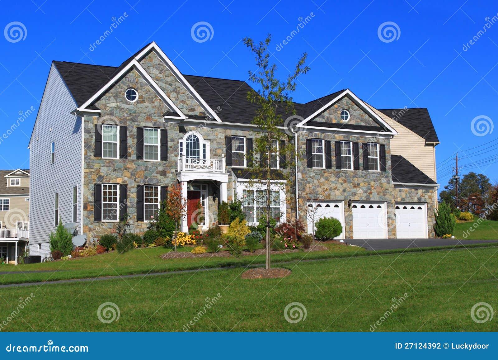 Nieuw huis met de garage van drie auto stock fotografie afbeelding 27124392 - Nieuw huis ...