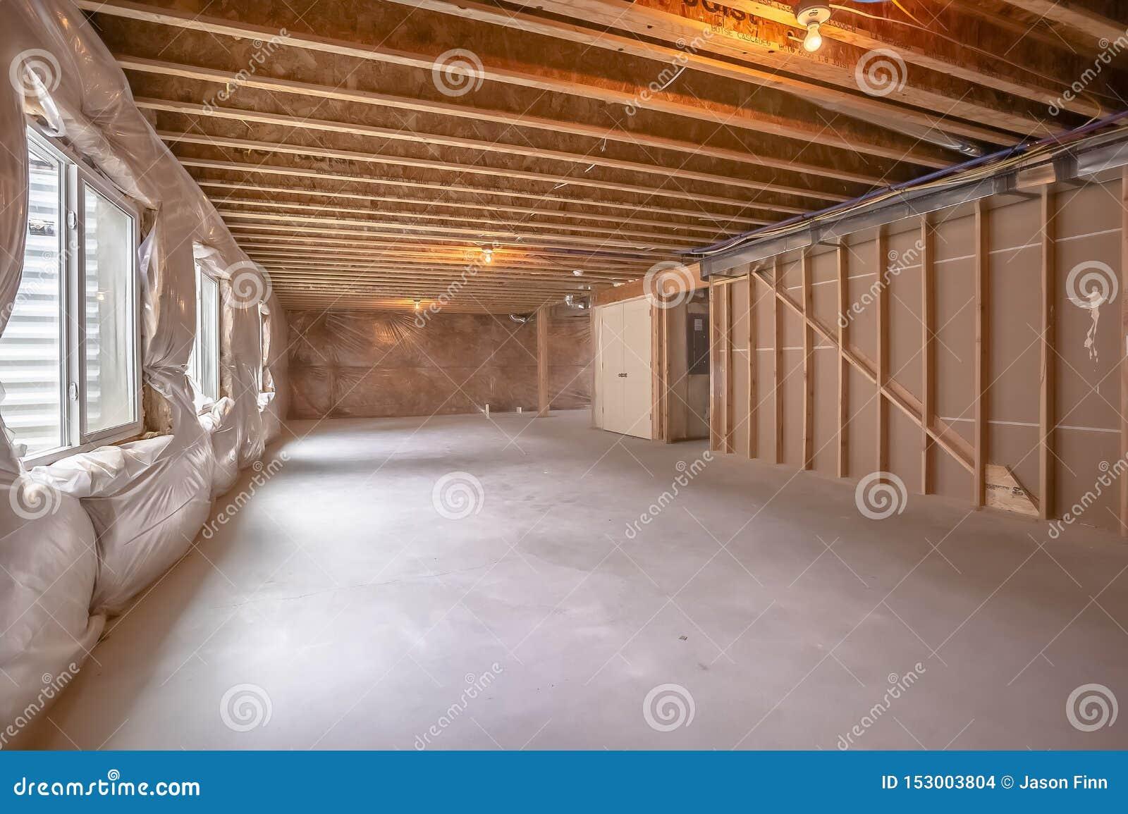 Nieuw huisbinnenland in aanbouw met het houten zichtbaar ontwerpen