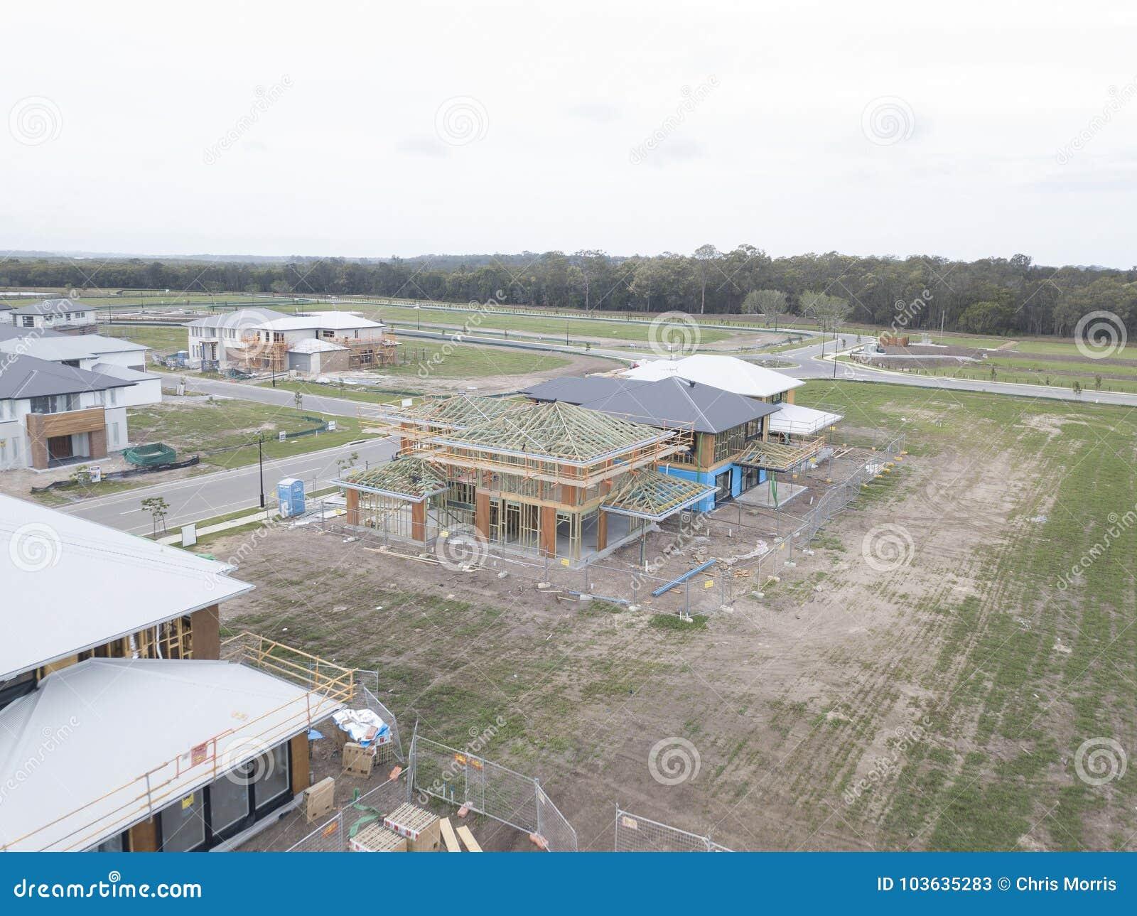 Nieuw huisbouw op een concrete plak 2 het ontwerp van het verdiepingshuis