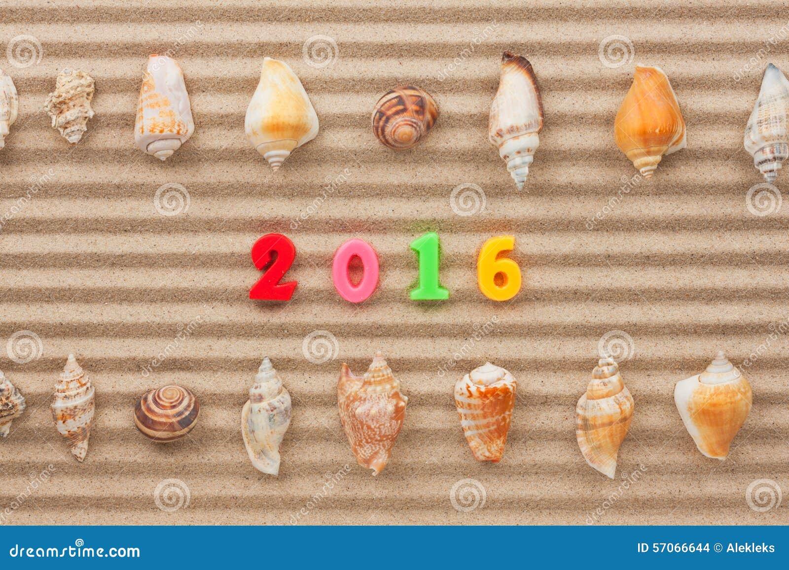 Nieuw jaar 2016 geschreven in het zand en shell