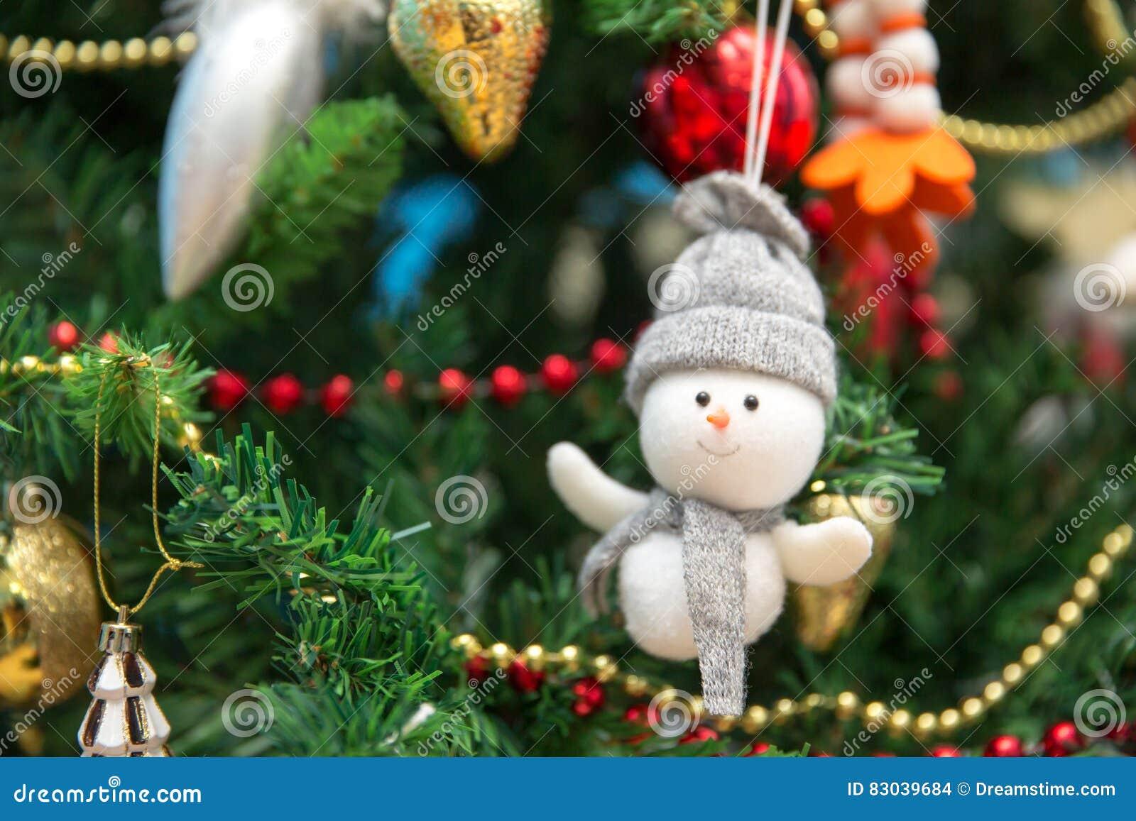 Nieuw jaar Sneeuwman op een feestelijke Kerstboom