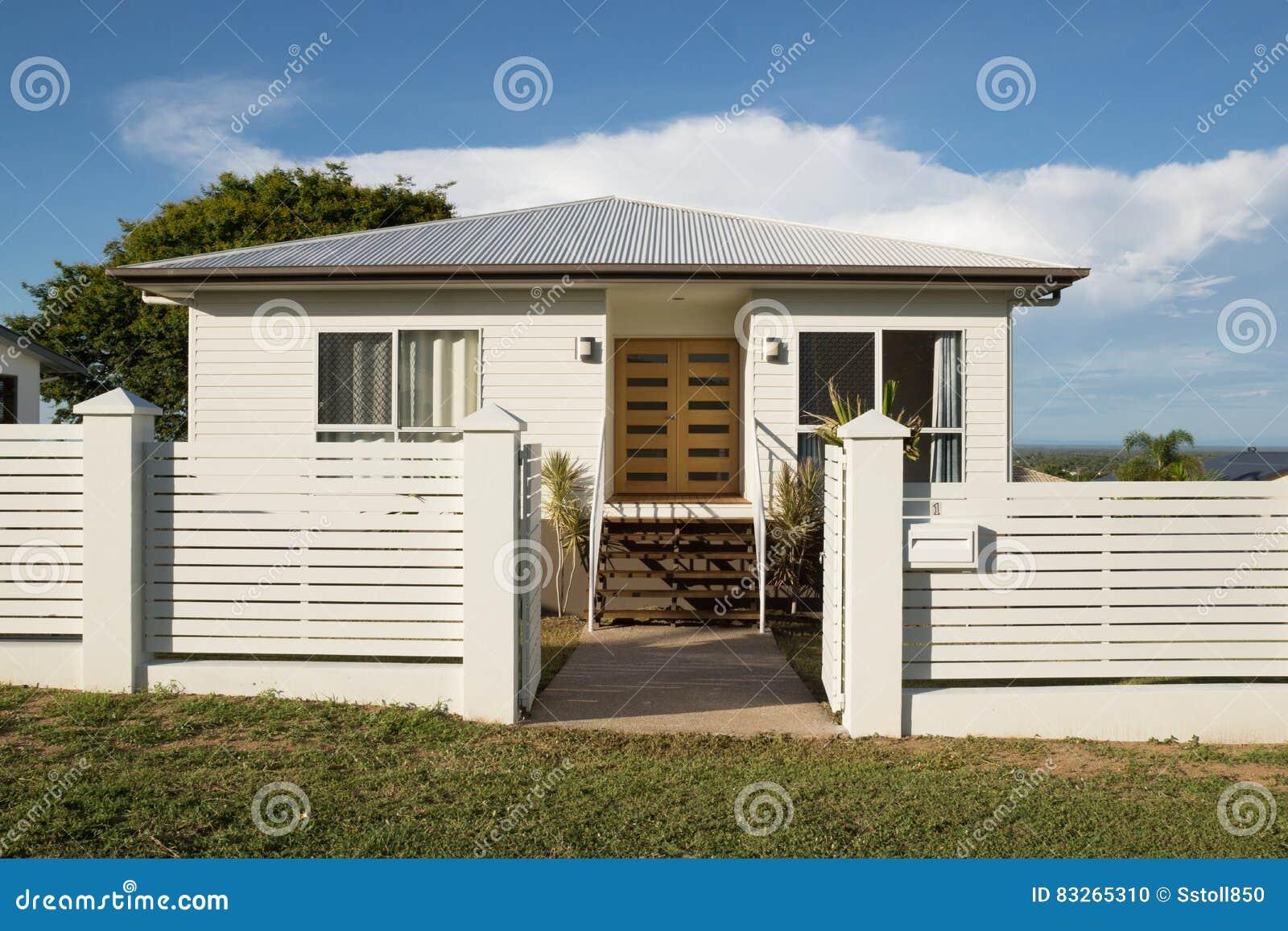 Nieuw modern eigentijds huis buiten met omheining en voordeur