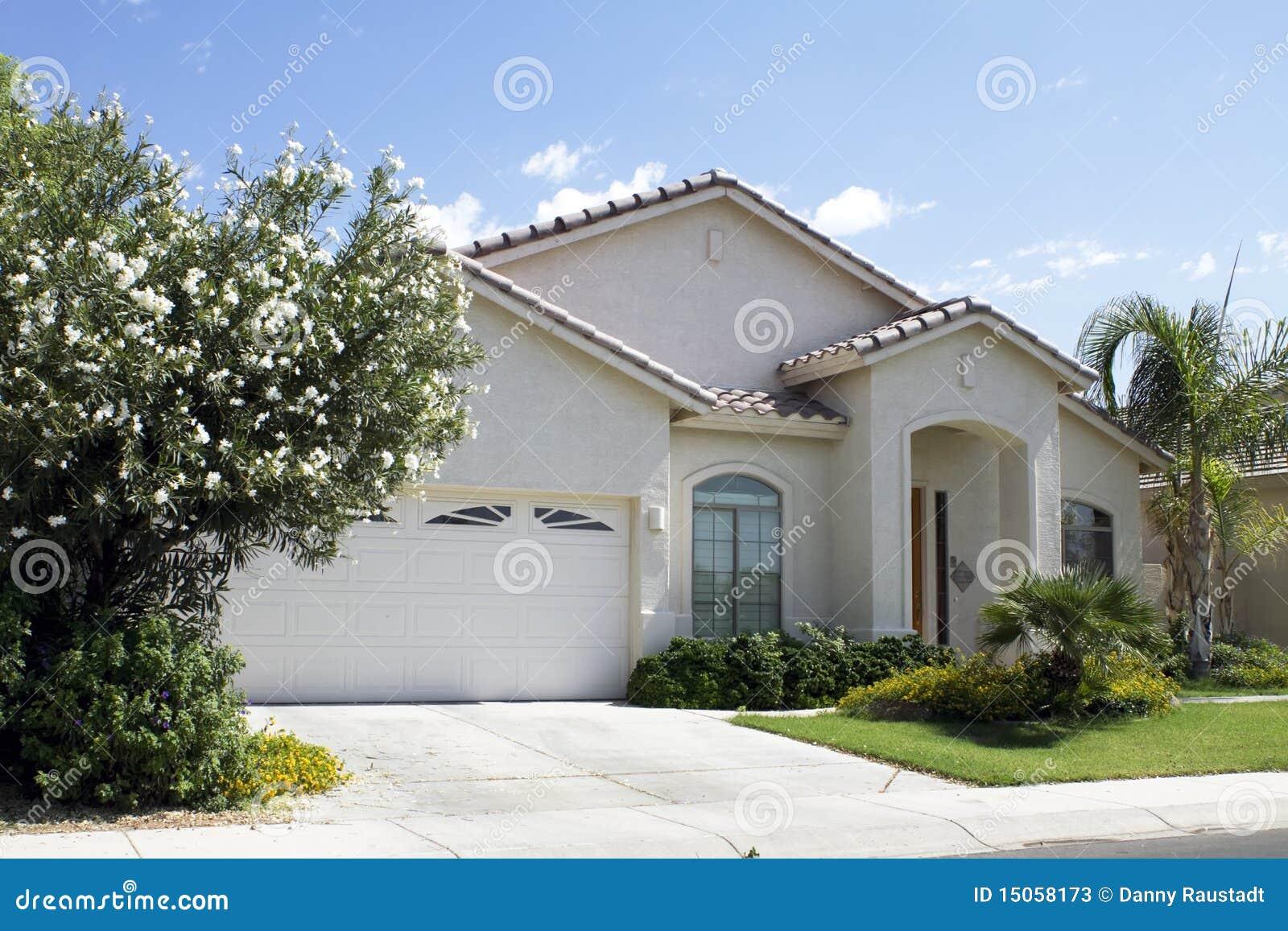 Nieuw modern klassiek huis stock foto 39 s afbeelding 15058173 - Foto modern huis ...