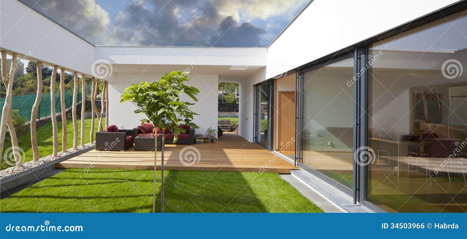 Nieuw vreedzaam modern huis met privattuin en terras stock foto