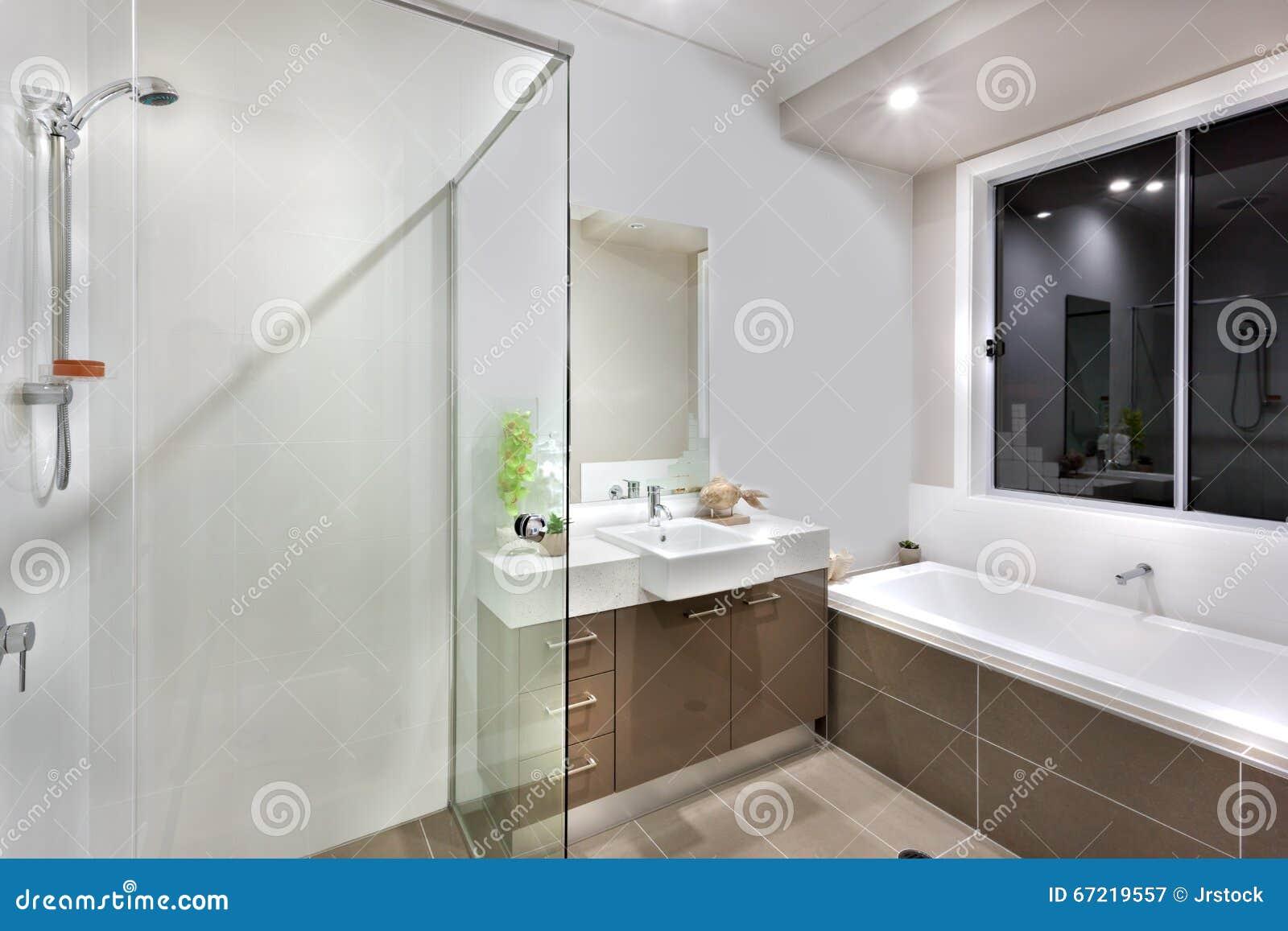 Decoratie Badkamer Muur : Nieuwe badkamers met wasgebied met inbegrip van badton stock