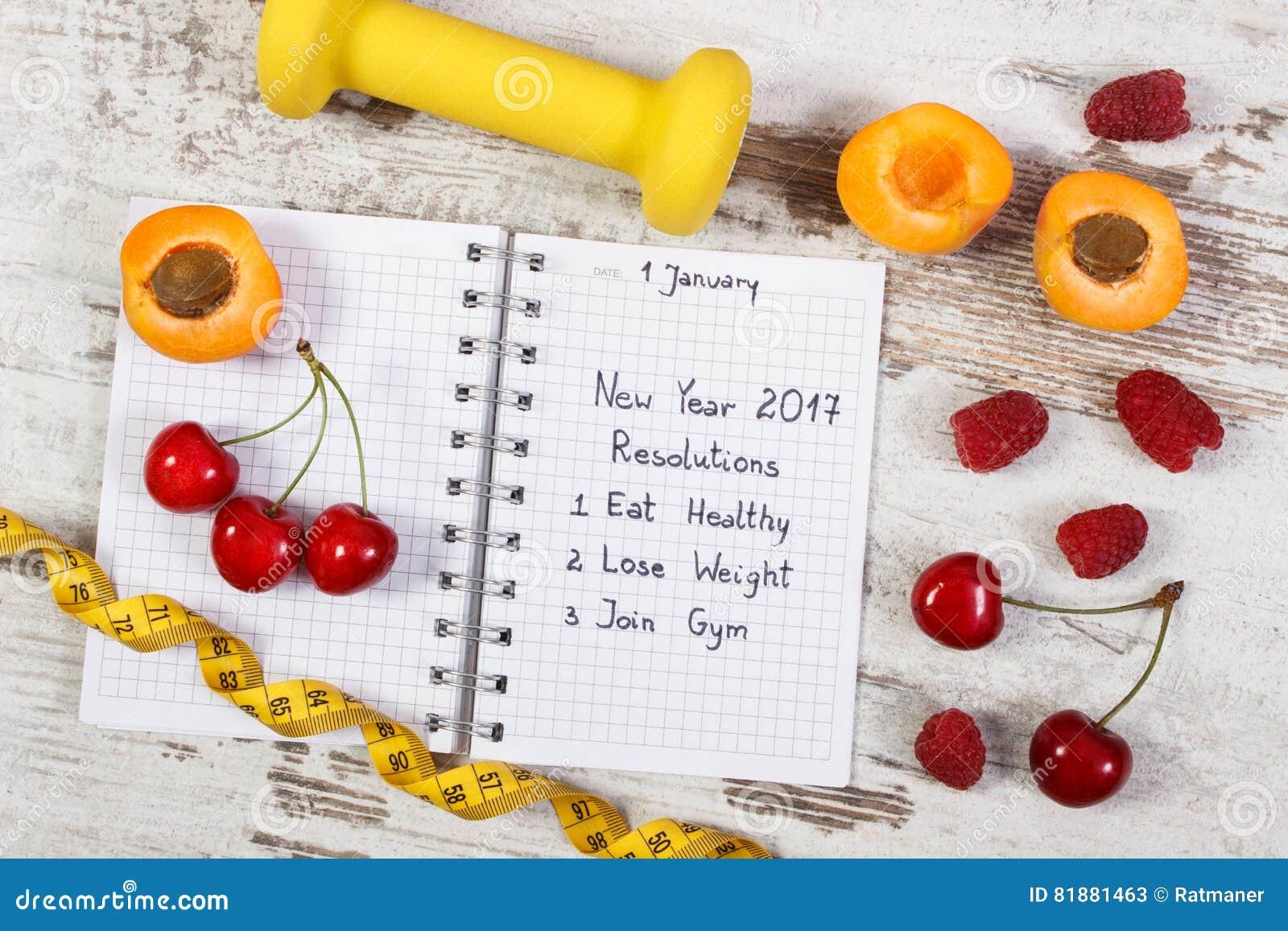 Nieuwe die jaarresoluties in notitieboekje worden geschreven over oude raad