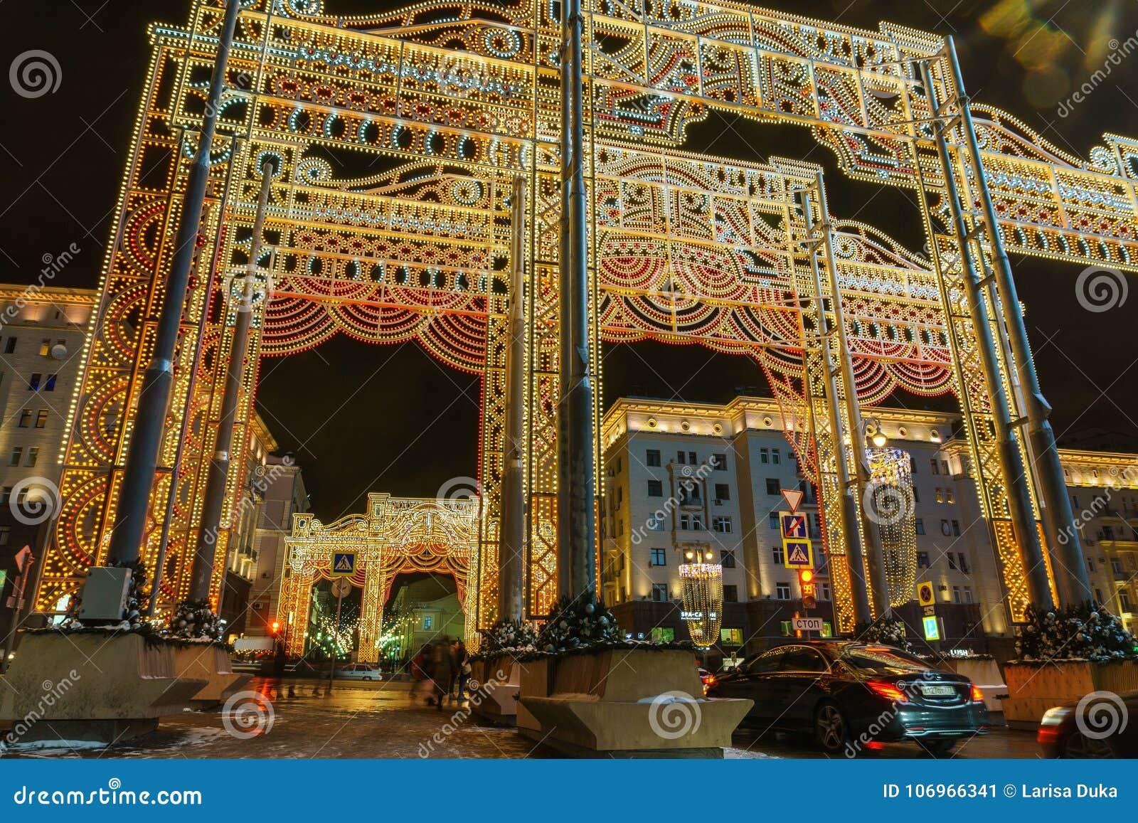 Nieuwe jaar` s vooravond: Beautuful verfraaide en verlichtte de stad van Moskou, Rusland