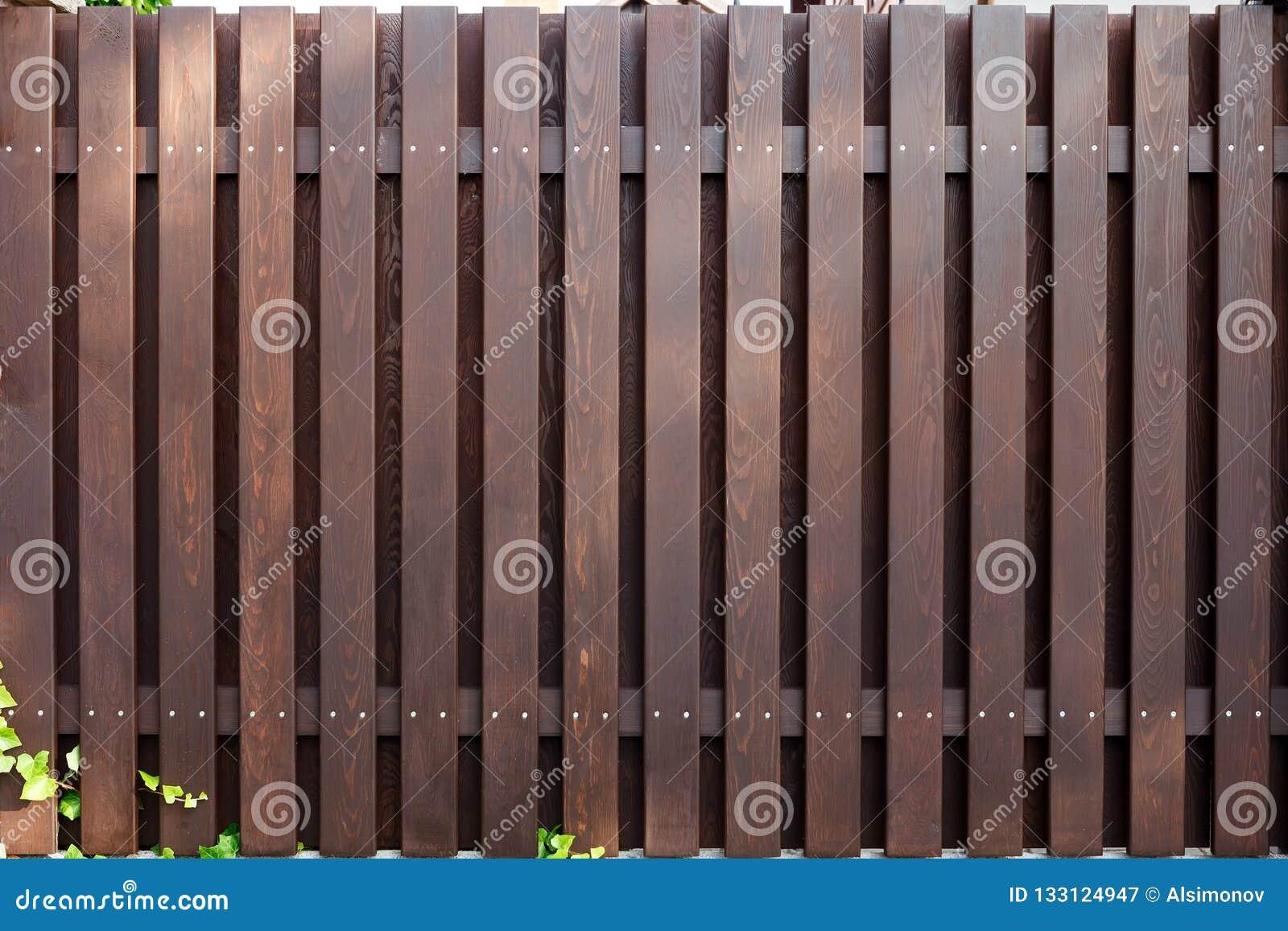 Nieuwe moderne houten omheinings donkere bruine kleur