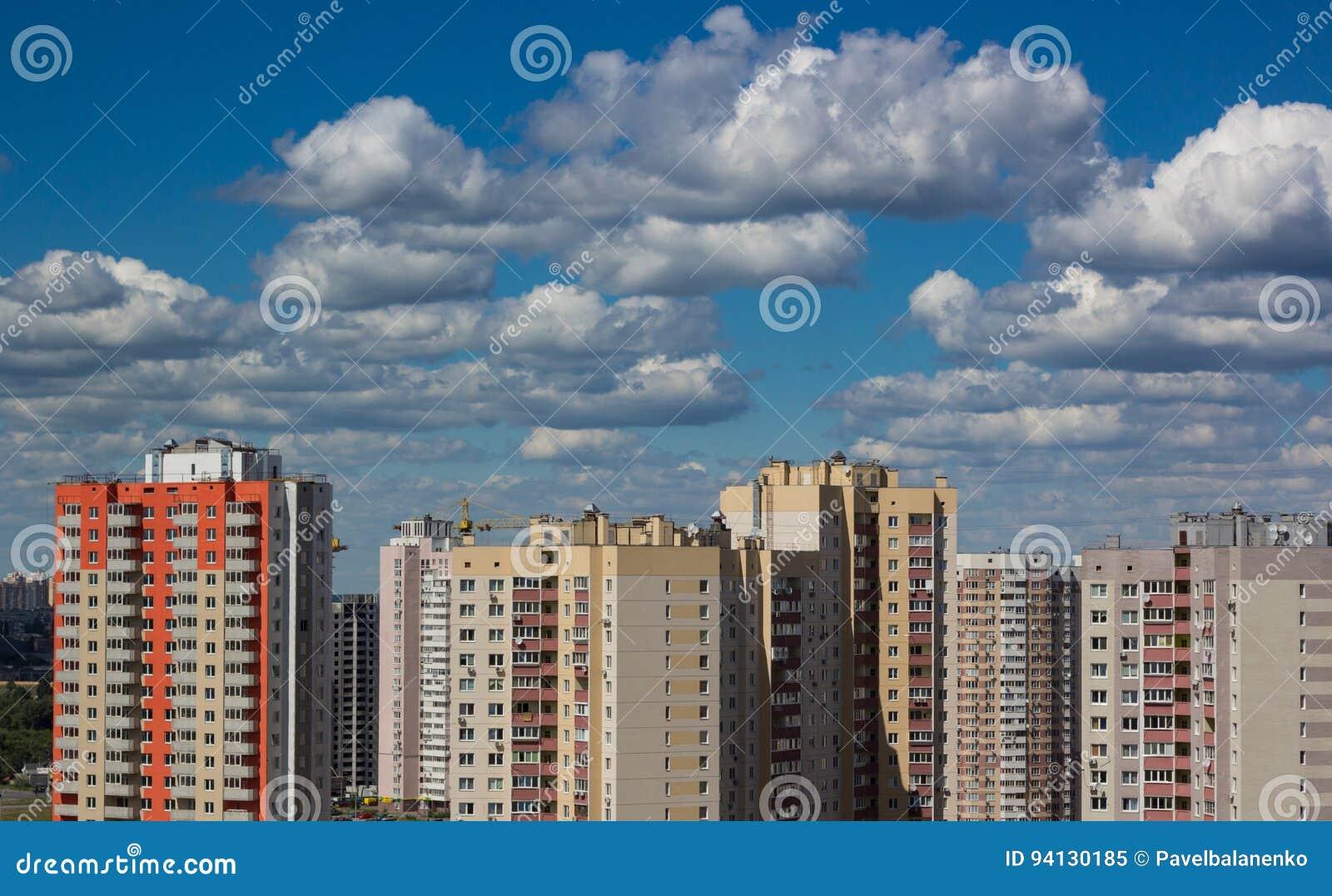 Nieuwe moderne huisvesting in stedelijke stad