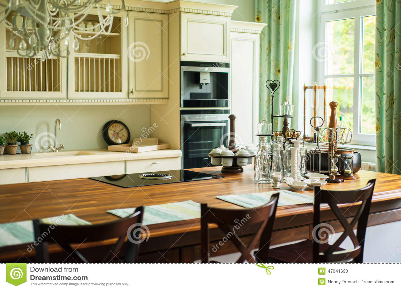 Nieuwe moderne keuken in oude stijl stock afbeelding