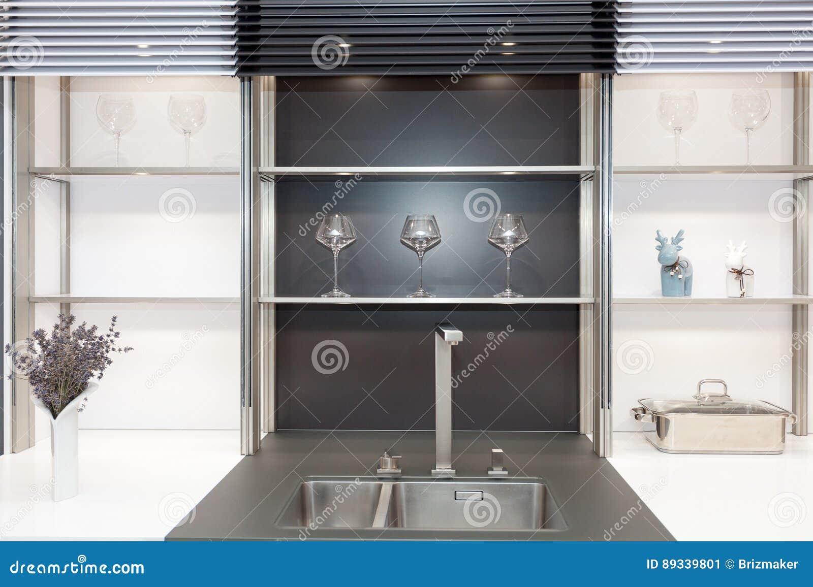 Nieuwe moderne zwart witte keuken met de kraan van het chroomwater