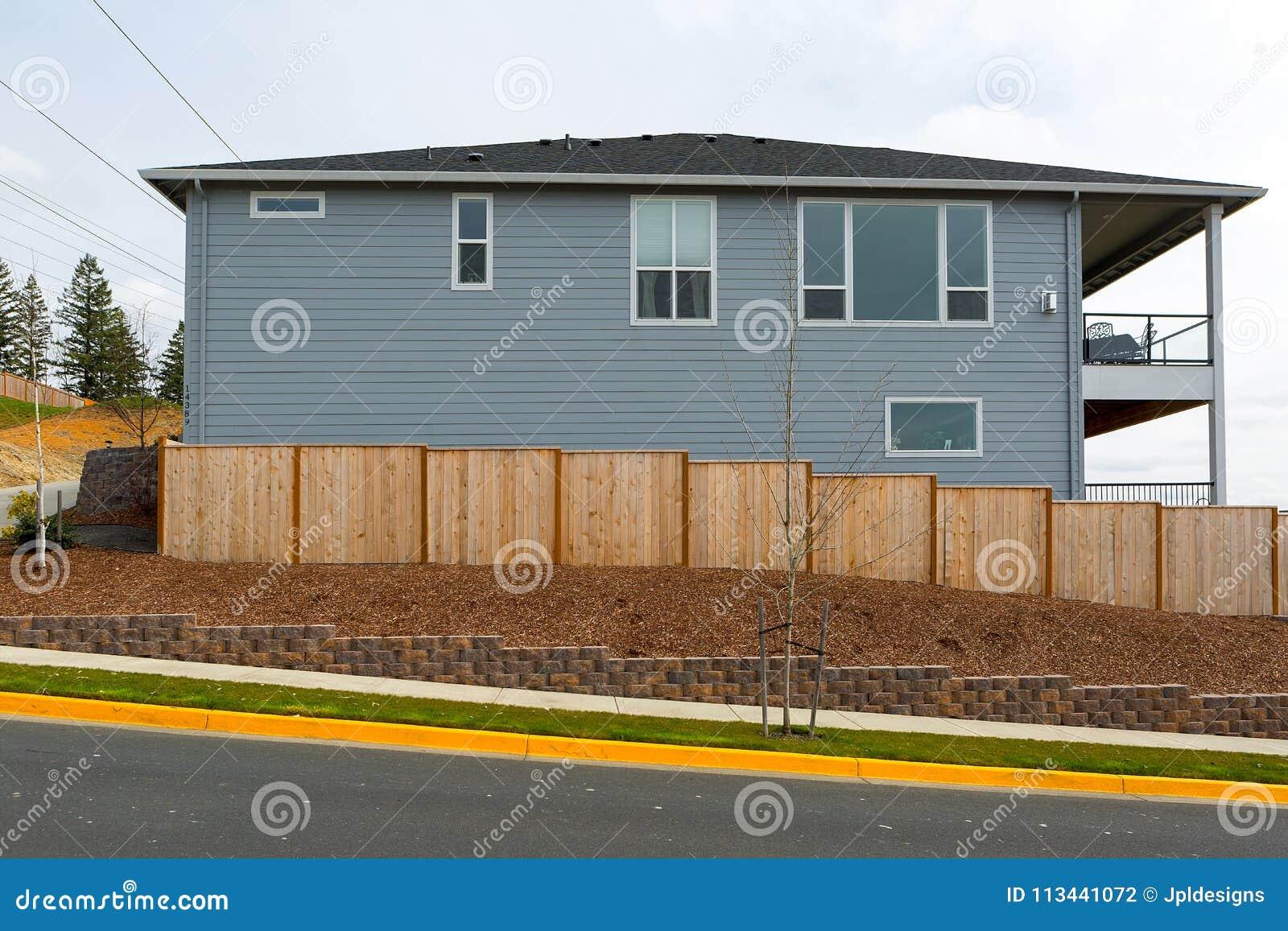 Nieuwe Tuin Houten Omheining Around House op gebied in de voorsteden