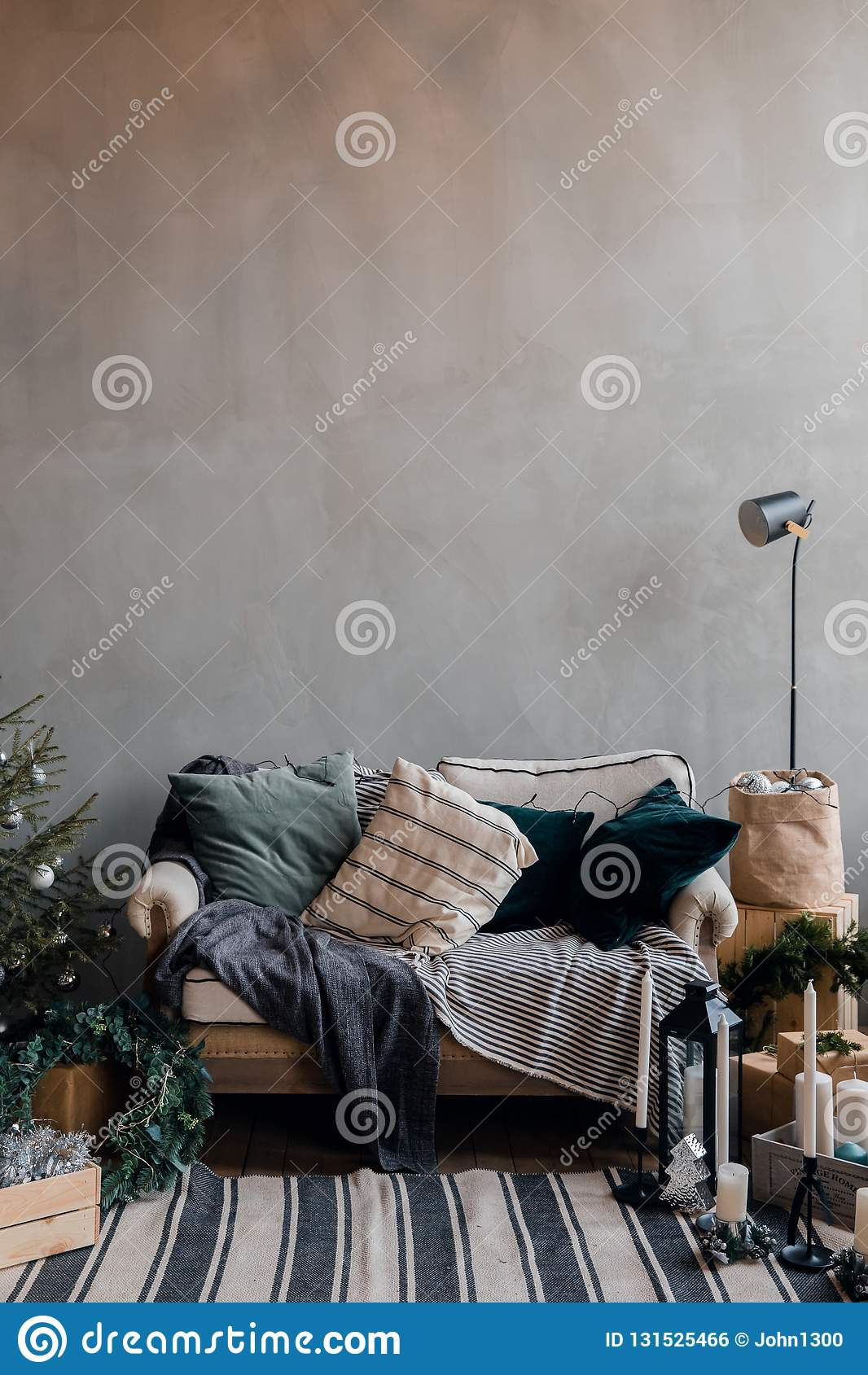 Nieuwjaar binnenlandse flat, bank, deken, hoofdkussens, de grijze giften van de schaalboom loft