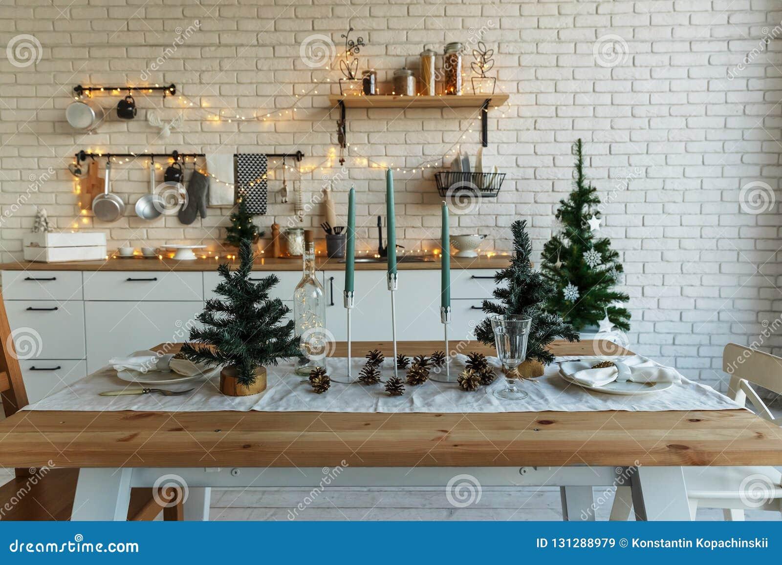 Nieuwjaar en Kerstmis 2018 Feestelijke keuken in Kerstmisdecoratie Kaarsen, nette takken, houten tribunes, lijst
