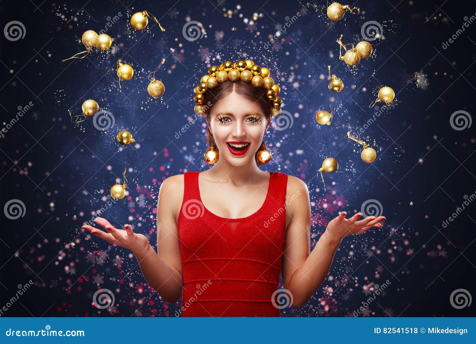Nieuwjaar, Kerstmis, vakantieconcept - glimlachende vrouw in kleding met giftdoos over lichtenachtergrond 2017