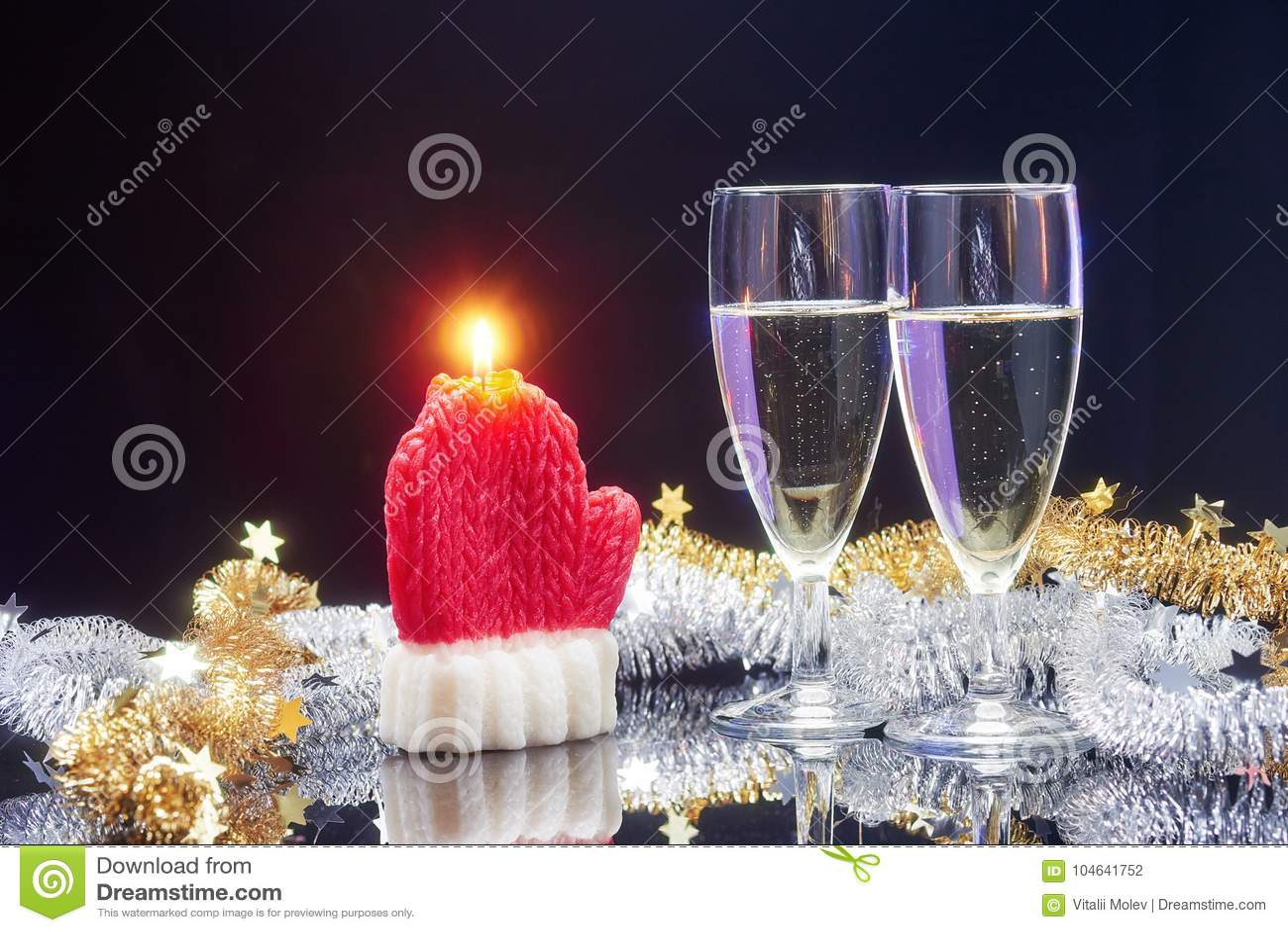 Download Nieuwjaarskaart Met Champagne Stock Foto - Afbeelding bestaande uit claus, kaars: 104641752
