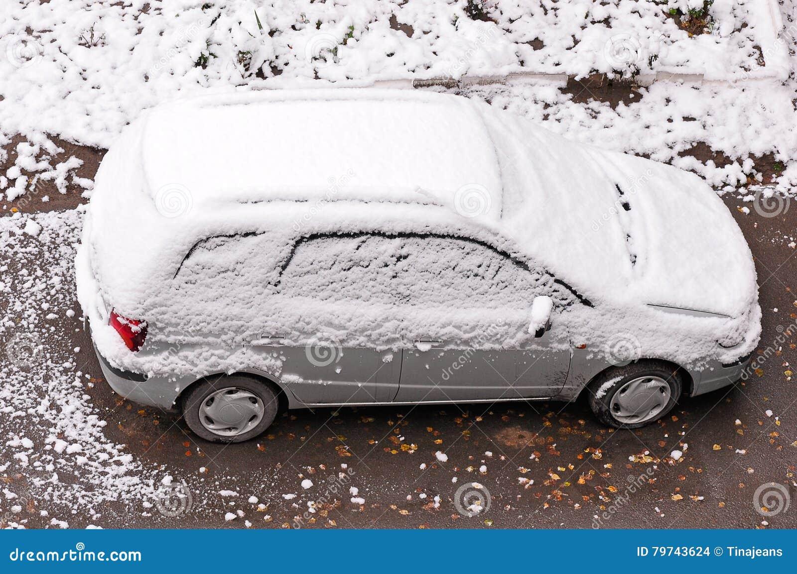 Nieve acumulada por la ventisca en coche