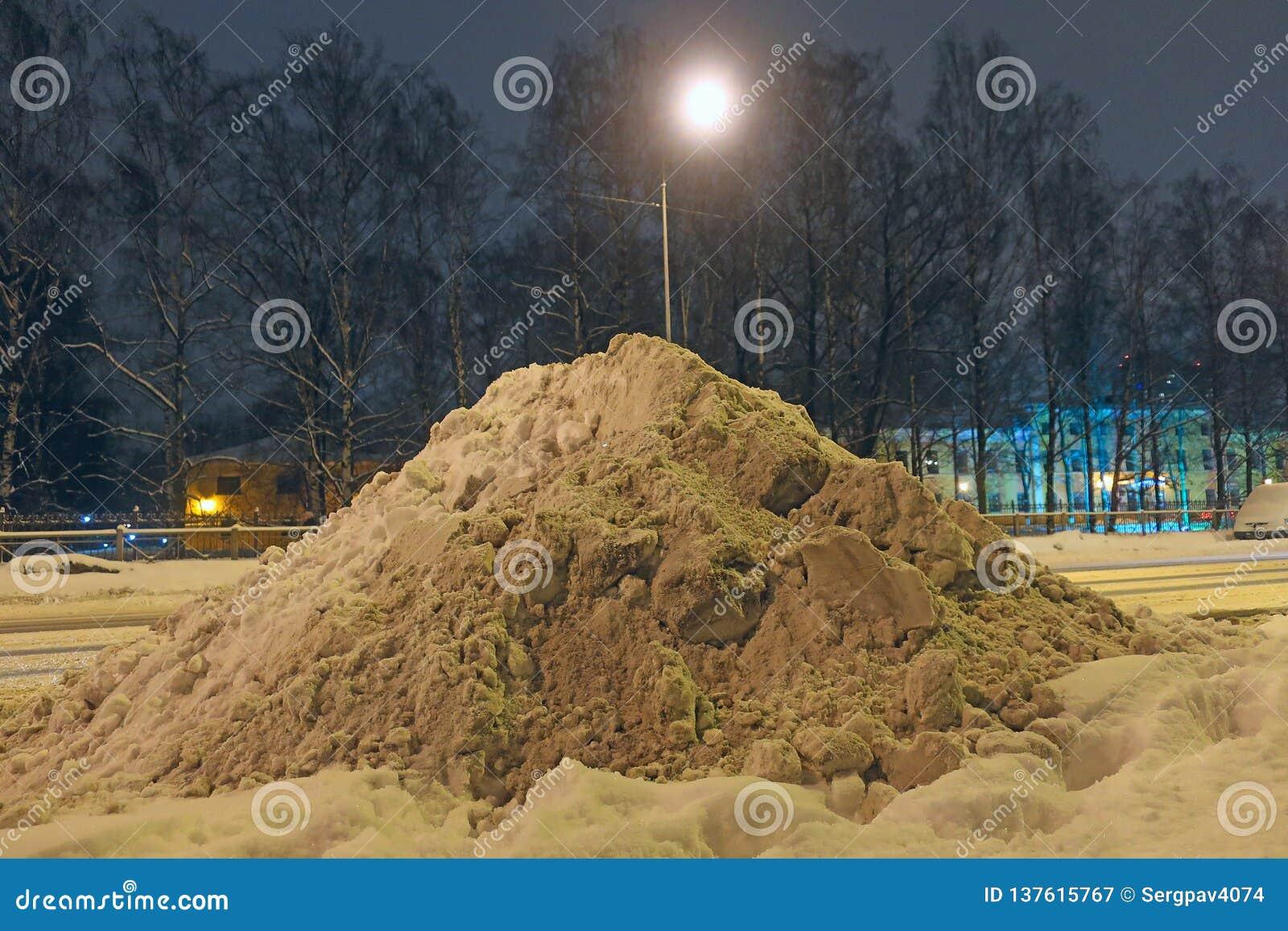 Nieve acumulada por la ventisca en el lado del camino