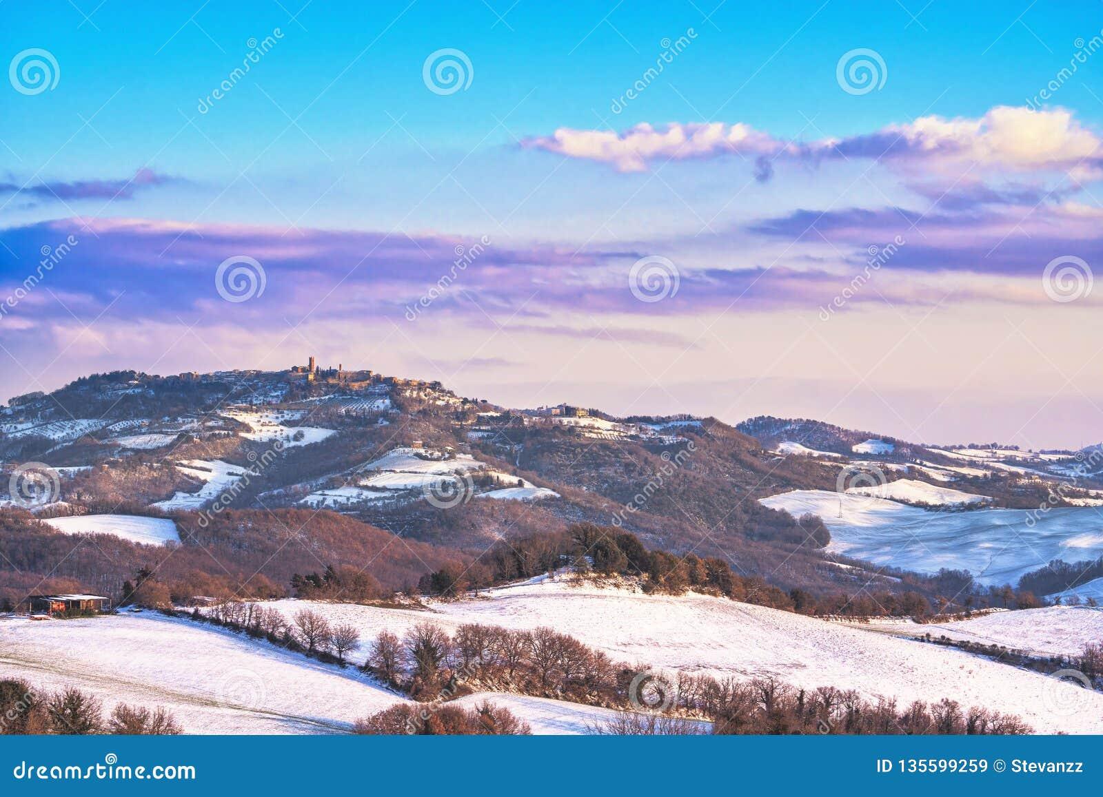 Nieve en Toscana, pueblo de Radicondoli, panorama del invierno Siena, Italia