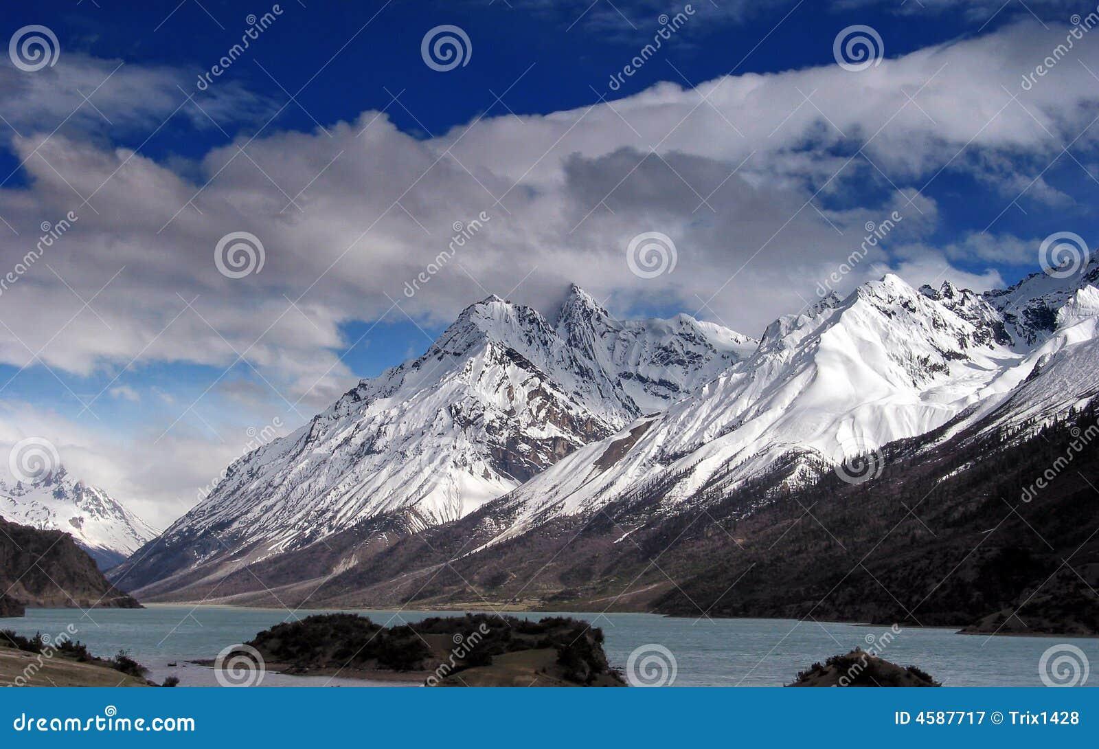 Nieve Mountians y lago hermoso