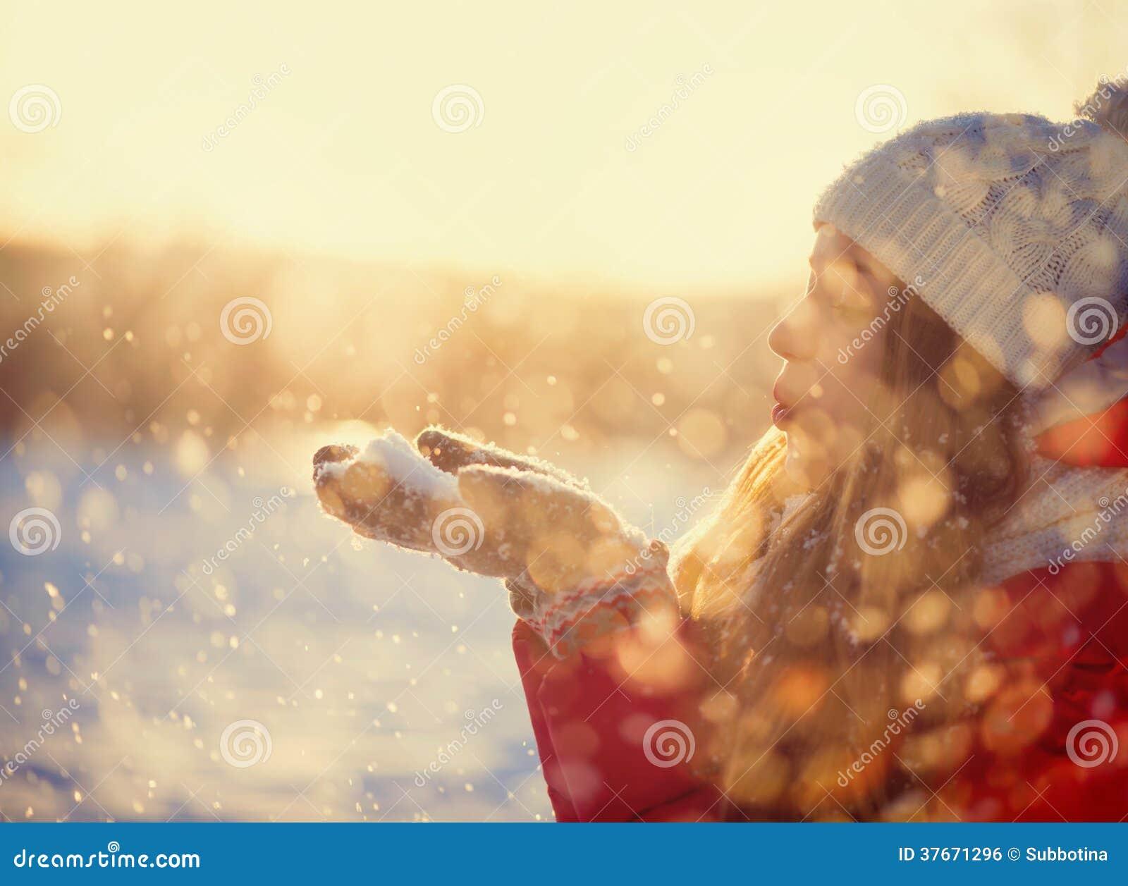 Nieve que sopla de la muchacha del invierno