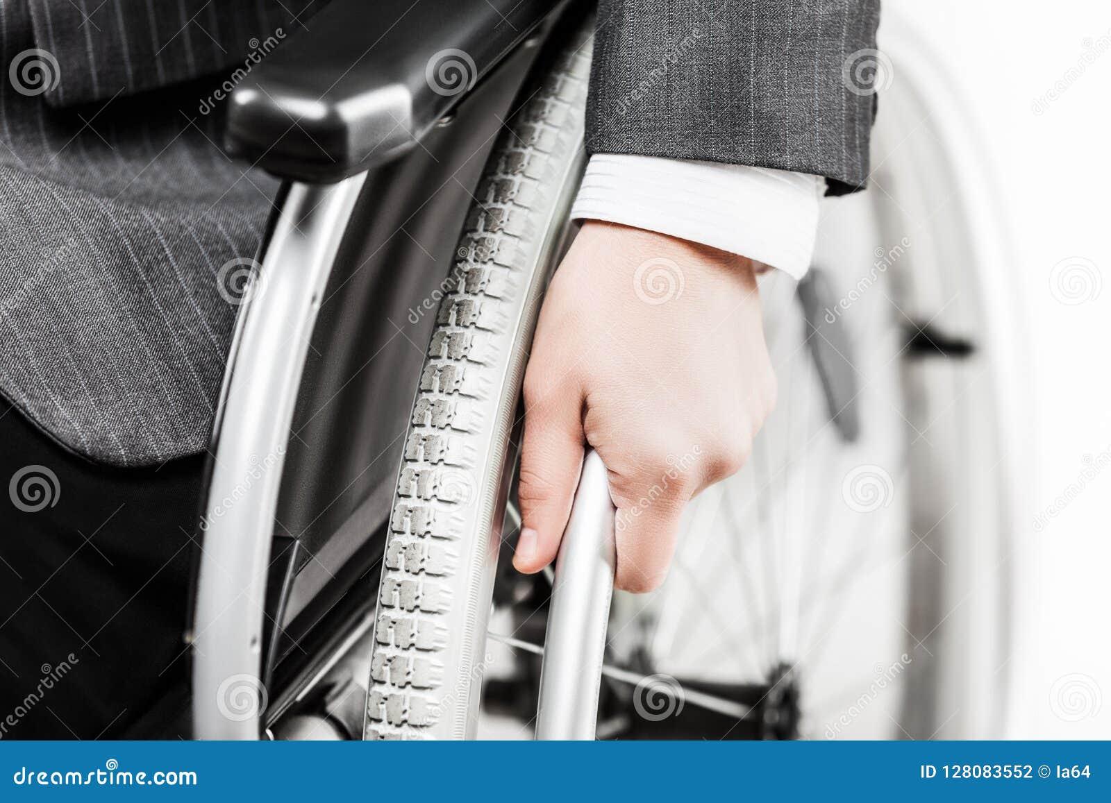 Nieważny lub niepełnosprawny biznesmen w czarnego kostiumu siedzącym wózku inwalidzkim