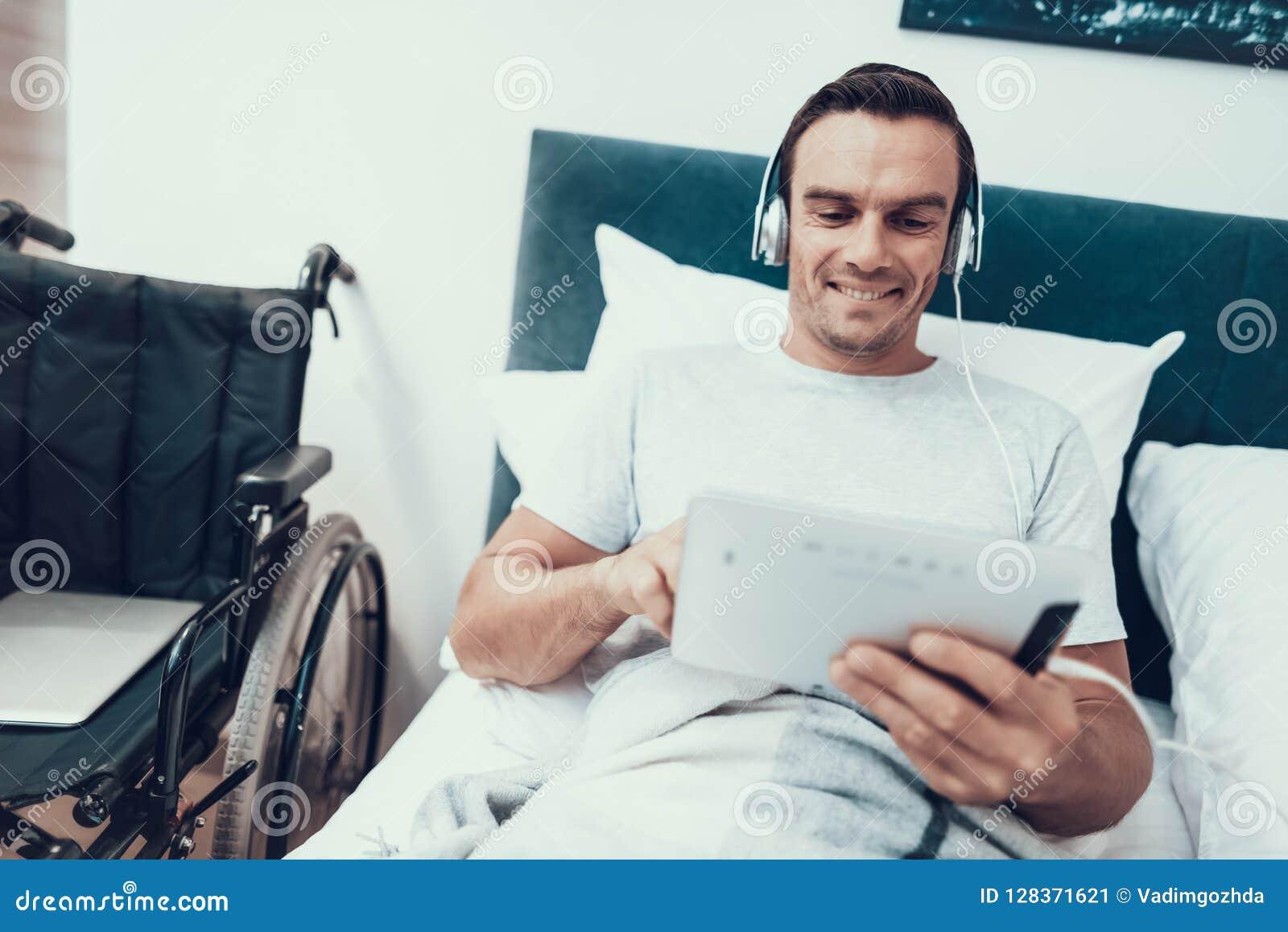 Nieważny Uses ochraniacz i Słucha muzyka w łóżku