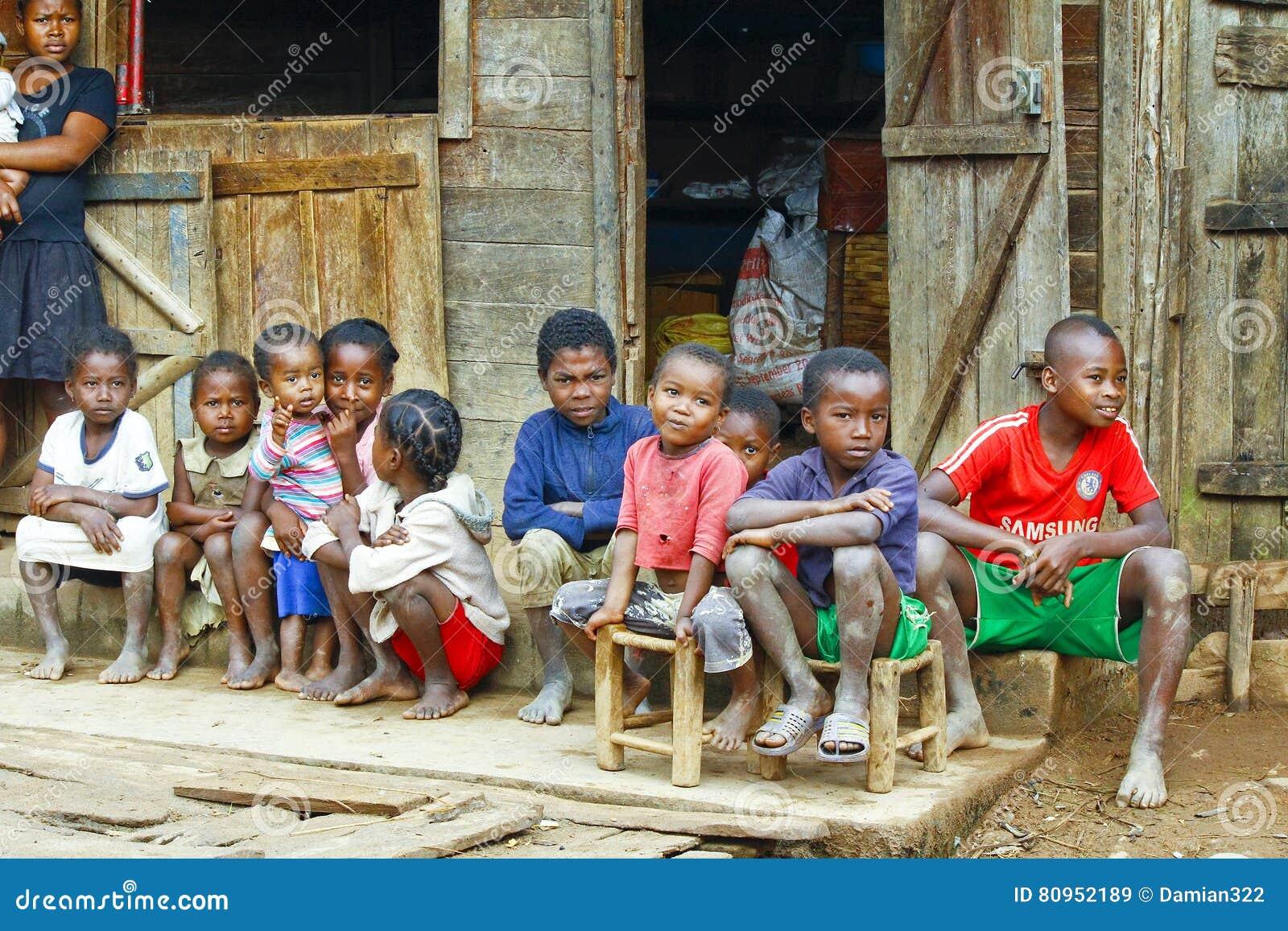Niewiadomi afrykańscy dzieci śmia się w Malgasy wiosce