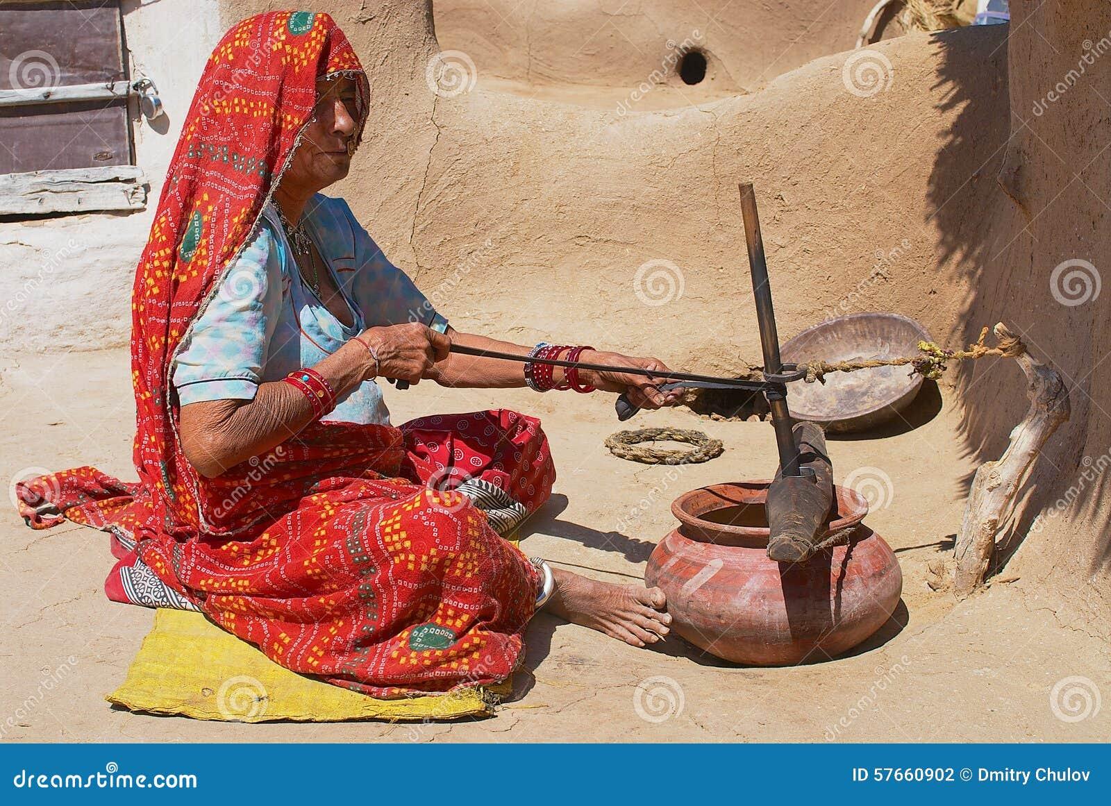 Niewidoma kobieta robi sprzątaniu w Jamba, India