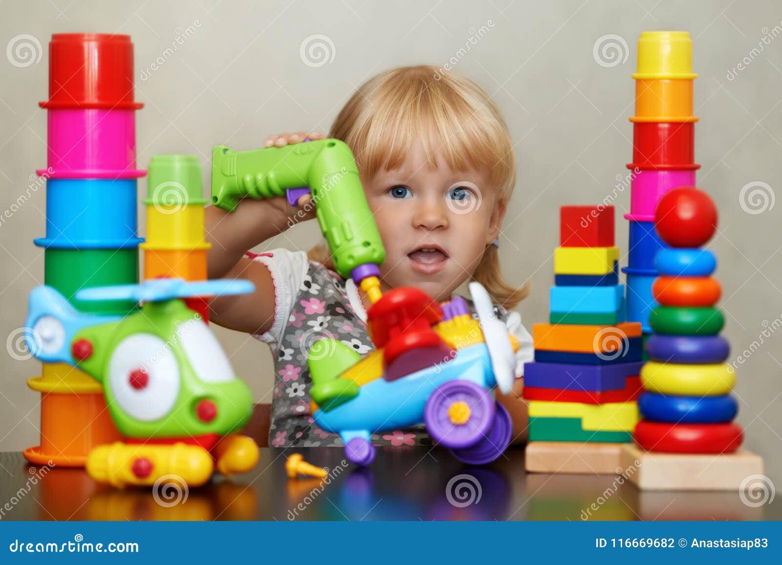 Niewidziana rzeczywistość magiczny kolorowy świat zabawki