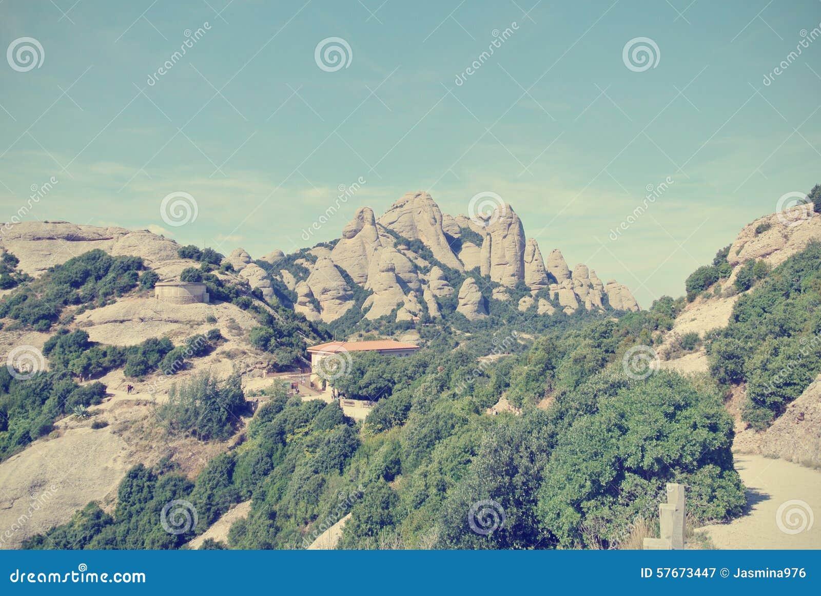 Niewygładzony góra krajobraz na słonecznym dniu; filtrujący, retro styl,