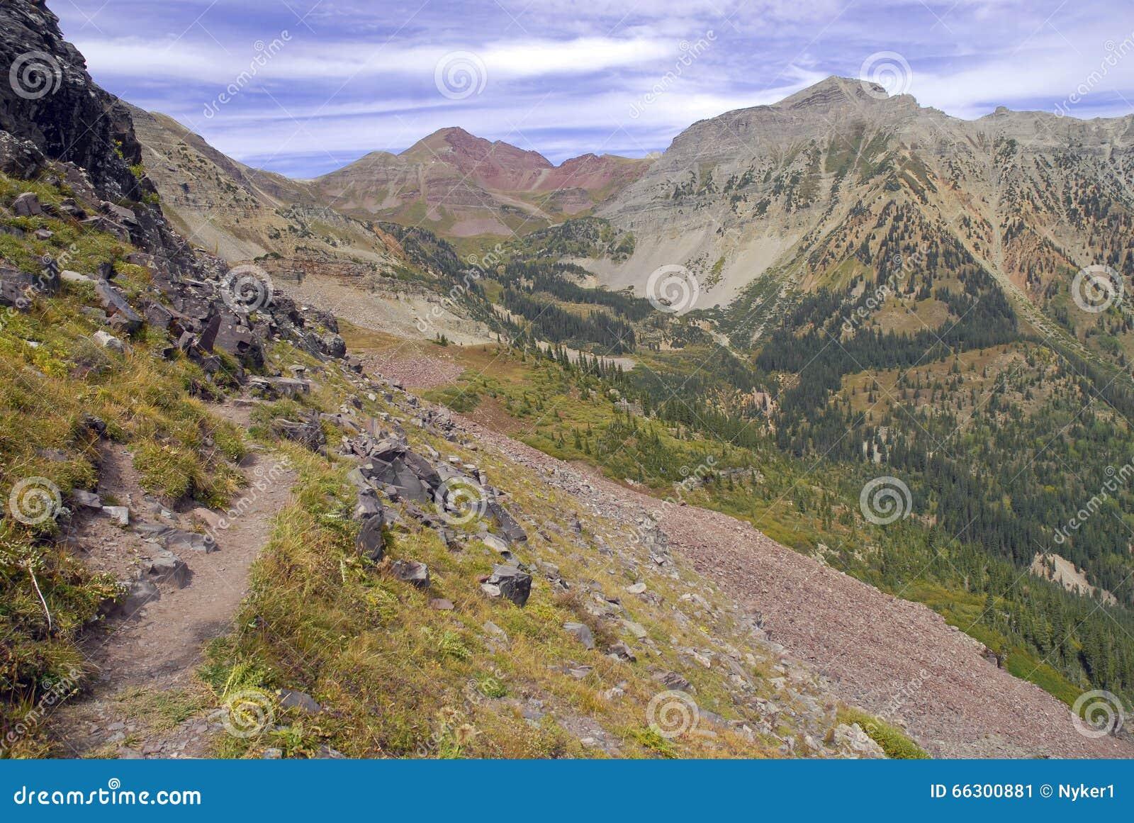 Niewygładzony wysokogórski krajobraz wałkoniący się Dzwon i łoś Rozciągamy się, Kolorado, Skaliste góry